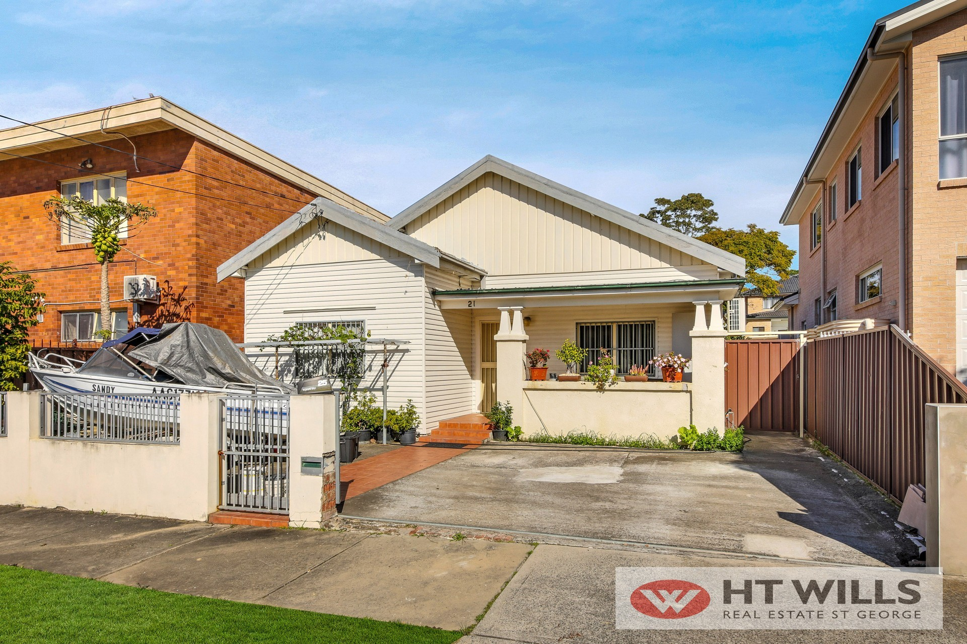 Walking distance to Carlton station and shops