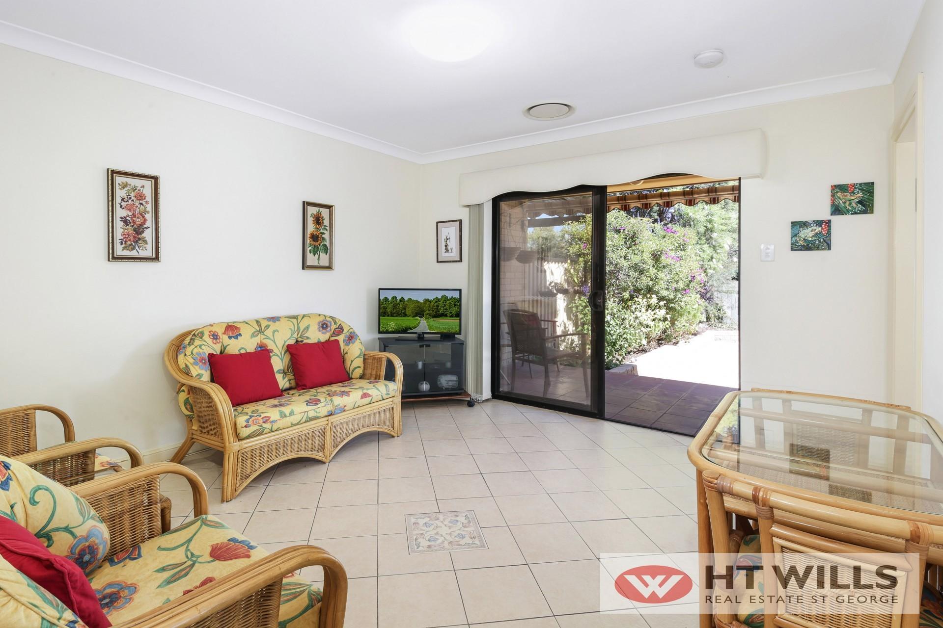 Image: Bright Low Maintenance Villa in quiet location