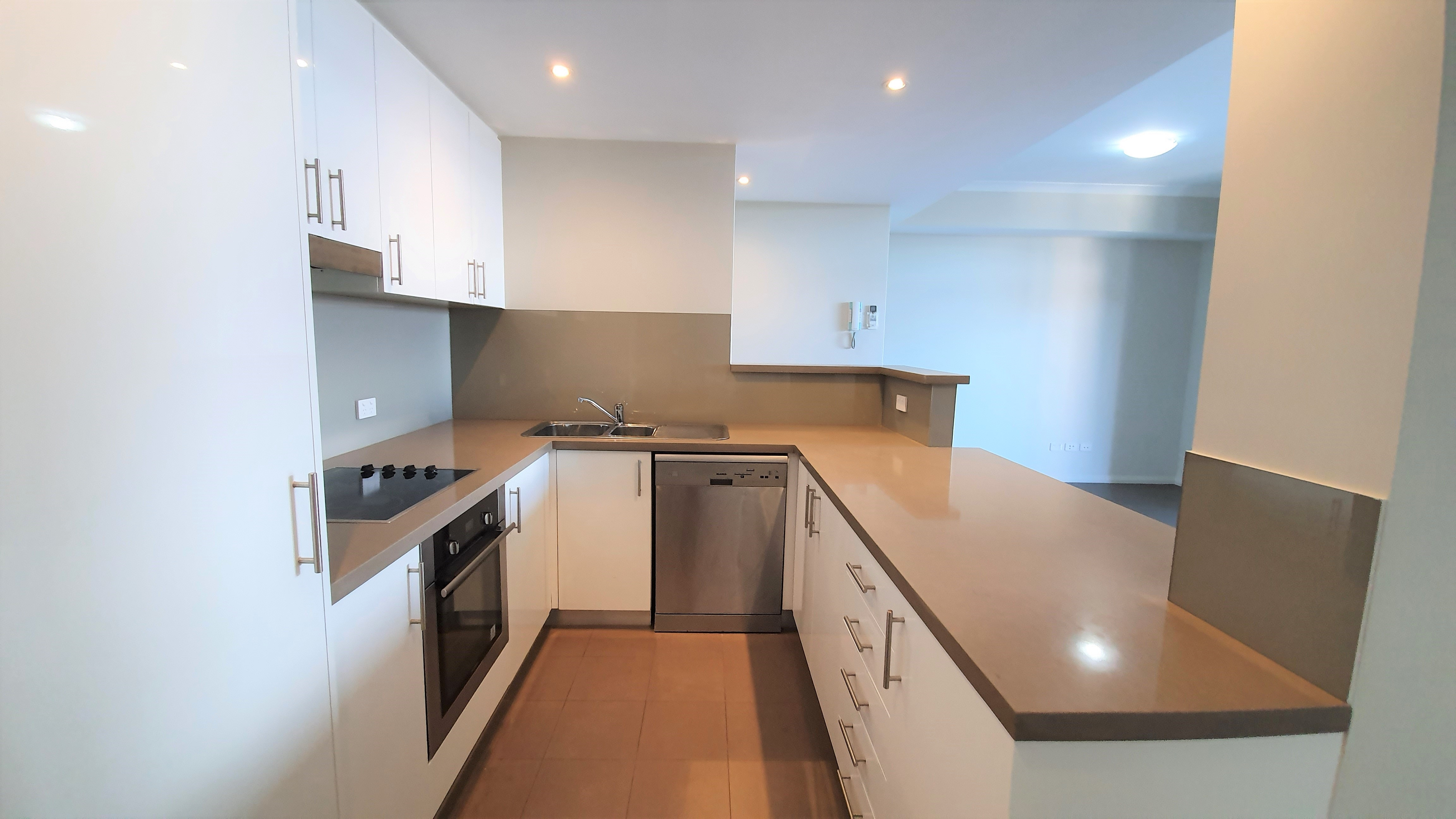 https://propertyphotos.vaultre.com.au/835/11043288__1598062251-32305-02-Kitchen2.jpg
