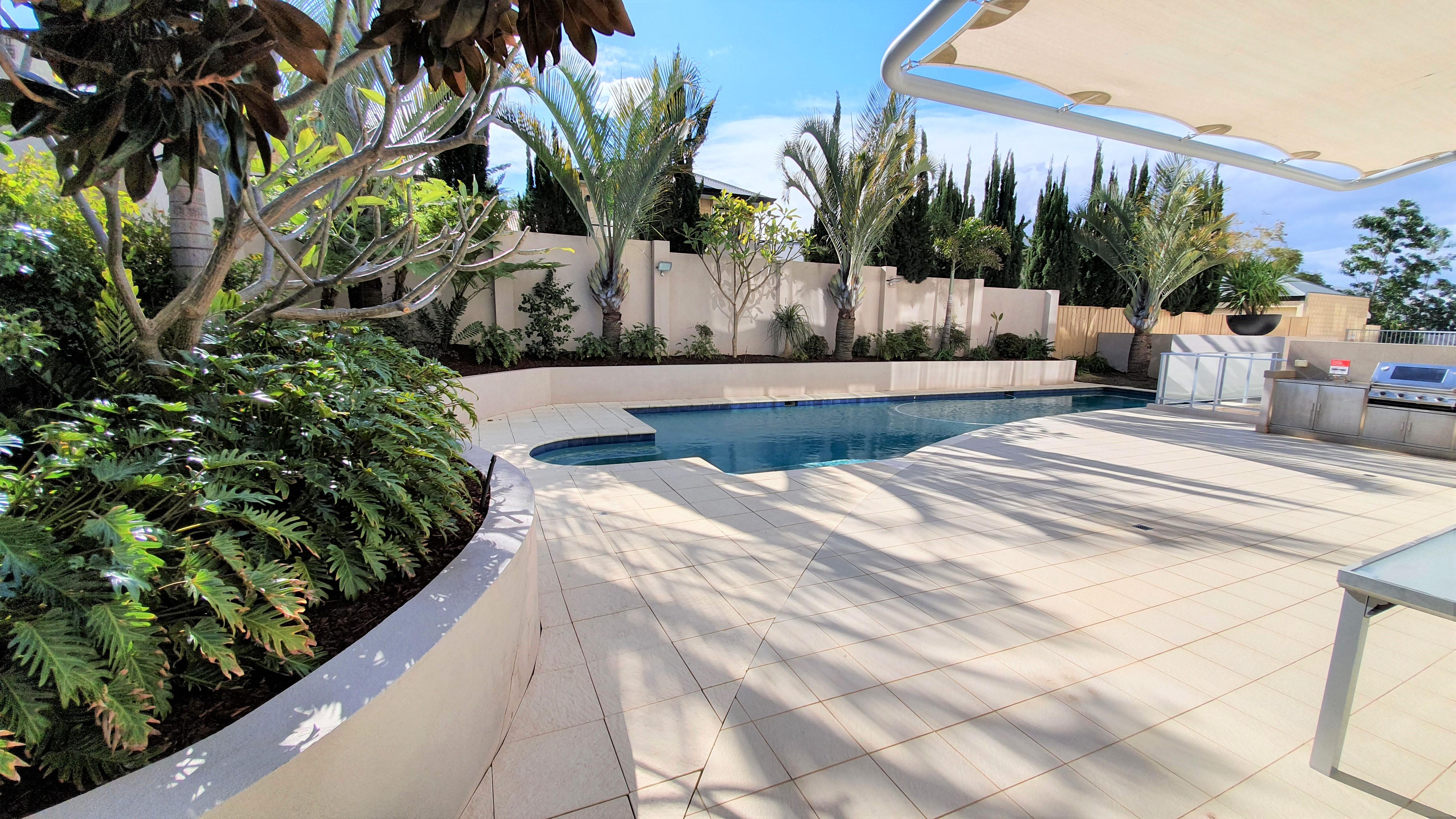 https://propertyphotos.vaultre.com.au/835/11043298__1598062274-20385-12-Pool.jpg
