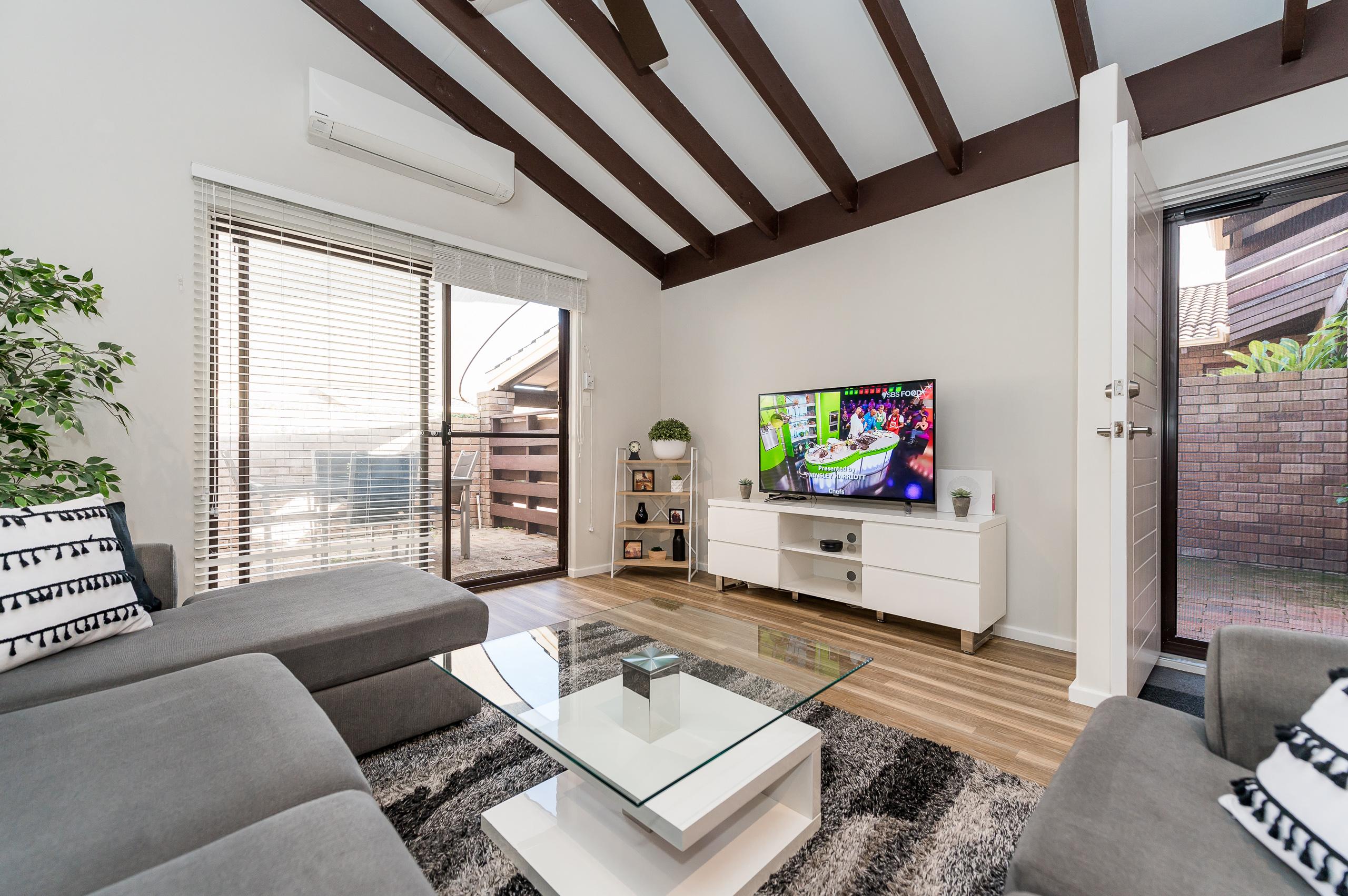 https://propertyphotos.vaultre.com.au/835/12196225__1599733948-1127-1527SwanStreetOsbournePark-9.jpg