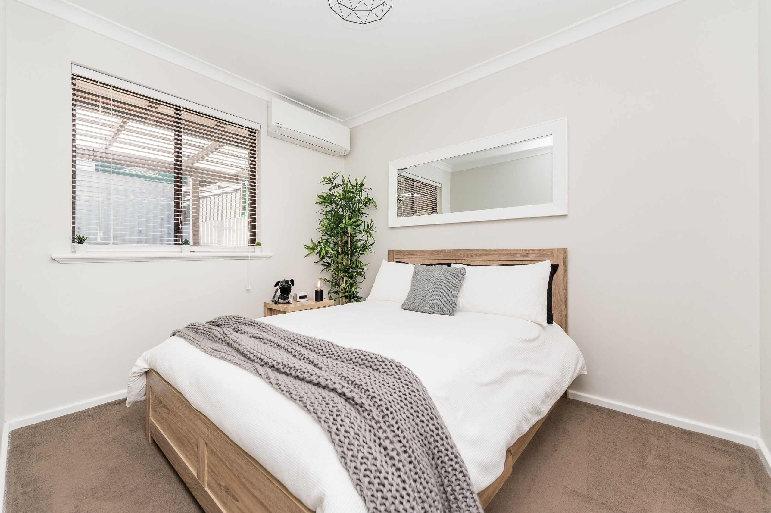 https://propertyphotos.vaultre.com.au/835/12196230__1599734012-1168-1527SwanStreetOsbournePark-14.jpg