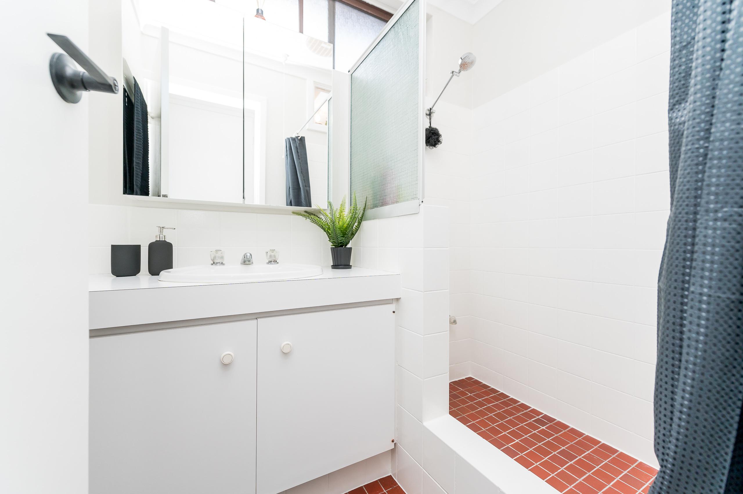 https://propertyphotos.vaultre.com.au/835/12196235__1599734076-1207-1527SwanStreetOsbournePark-19.jpg