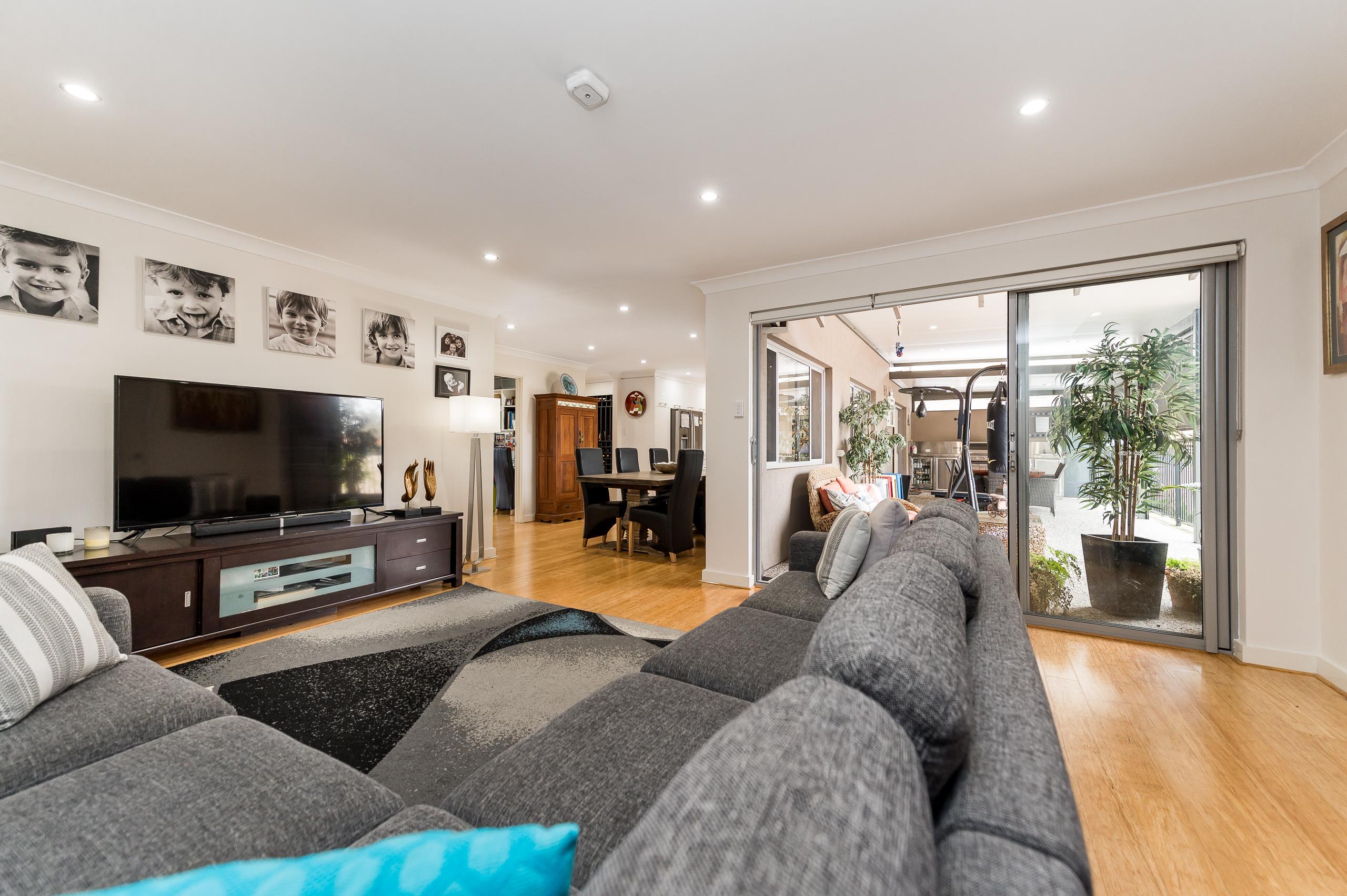 https://propertyphotos.vaultre.com.au/835/12201222__1599801835-27875-43EarlstonPlaceBooragoon-14.jpg