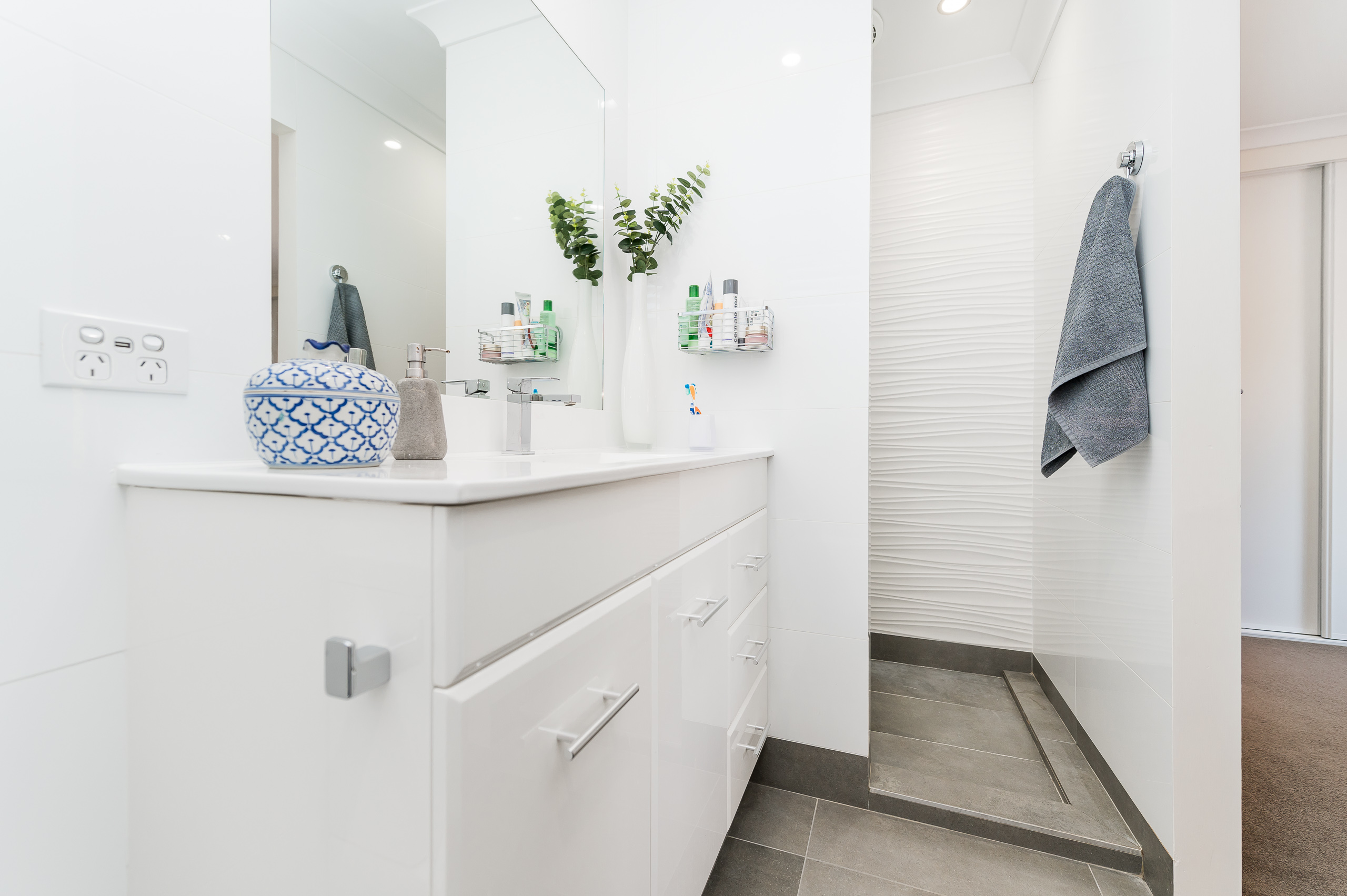 https://propertyphotos.vaultre.com.au/835/12201268__1599802059-28043-43EarlstonPlaceBooragoon-22.jpg