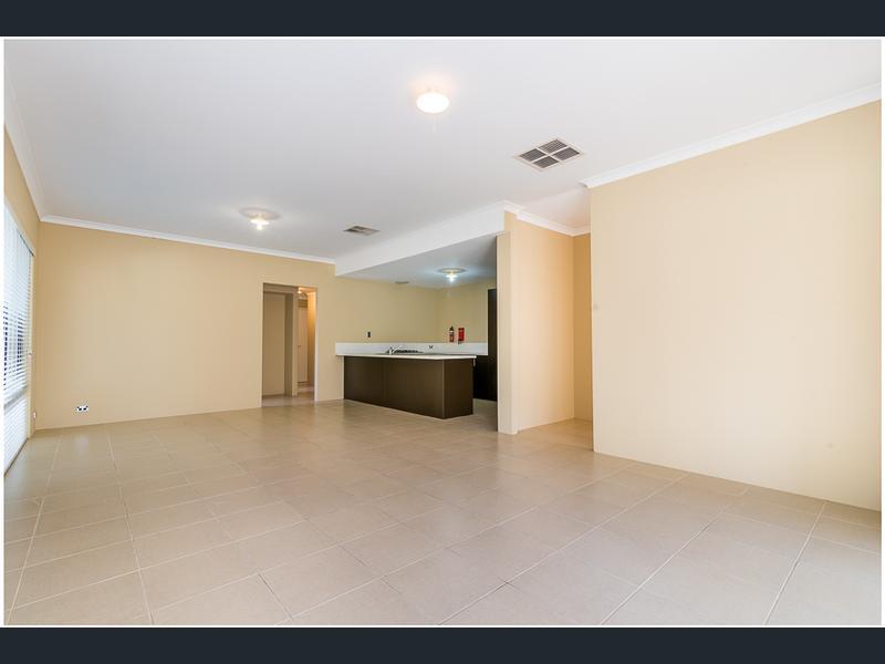 https://propertyphotos.vaultre.com.au/835/1407466__1569479267-30724-image3.jpg