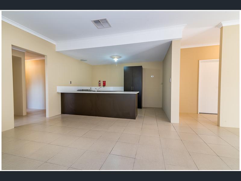 https://propertyphotos.vaultre.com.au/835/1407467__1569479273-21492-image4.jpg