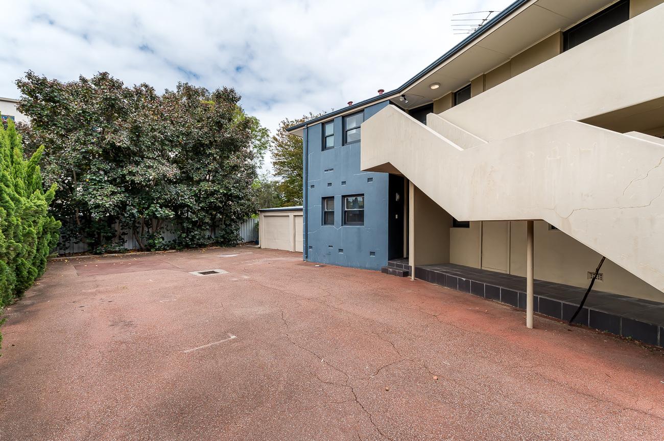 https://propertyphotos.vaultre.com.au/835/15711770__1605157145-27512-8152BroadwayCrawley-14.jpg