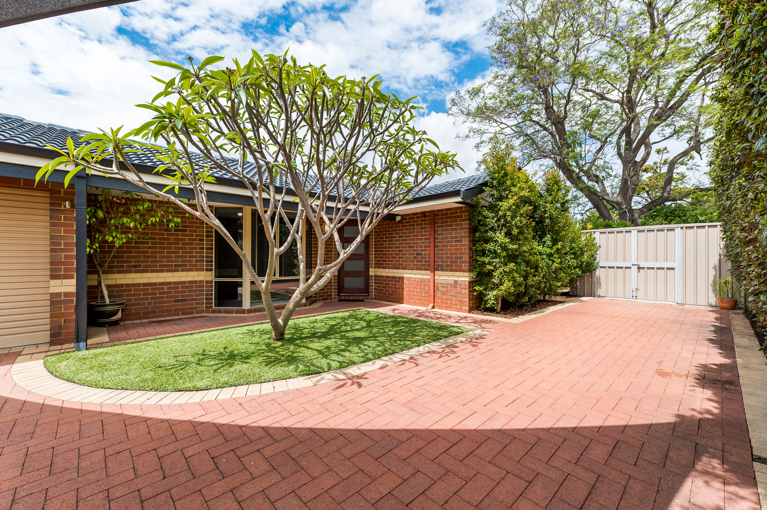 https://propertyphotos.vaultre.com.au/835/15713241__1605161369-26097-8AWrenStMtPleasant-3.jpg