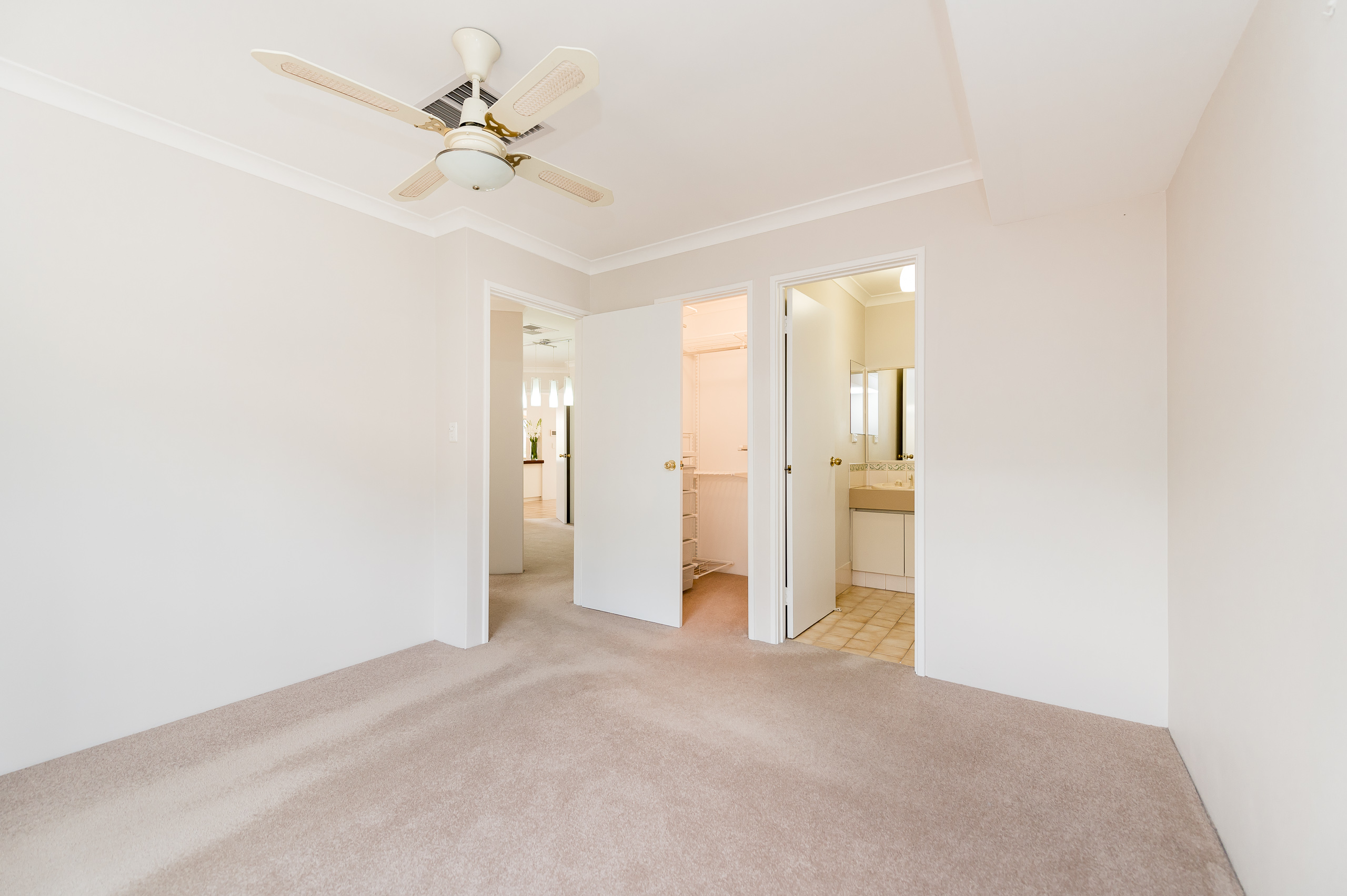https://propertyphotos.vaultre.com.au/835/15713265__1605161492-26245-8AWrenStMtPleasant-9.jpg