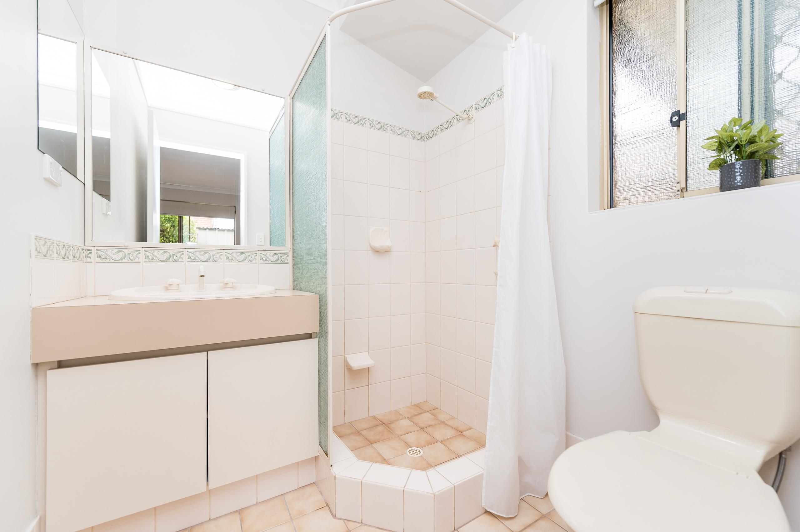 https://propertyphotos.vaultre.com.au/835/15713268__1605161518-26266-8AWrenStMtPleasant-12.jpg