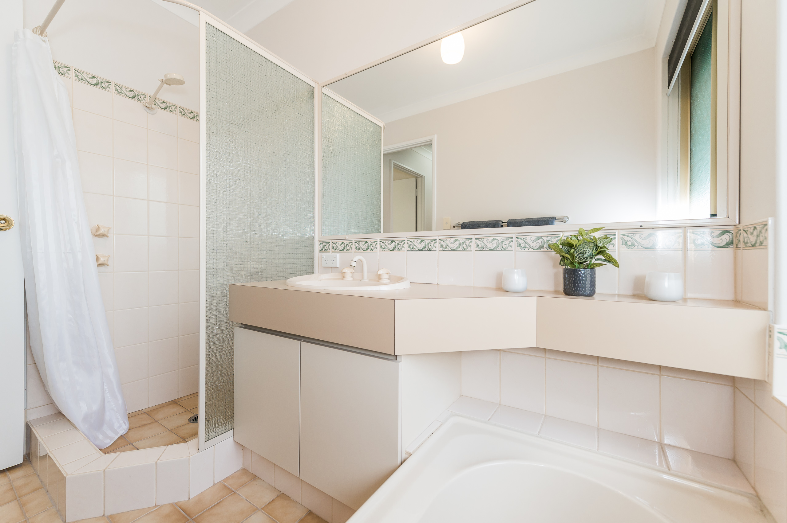 https://propertyphotos.vaultre.com.au/835/15713283__1605161629-26345-8AWrenStMtPleasant-23.jpg