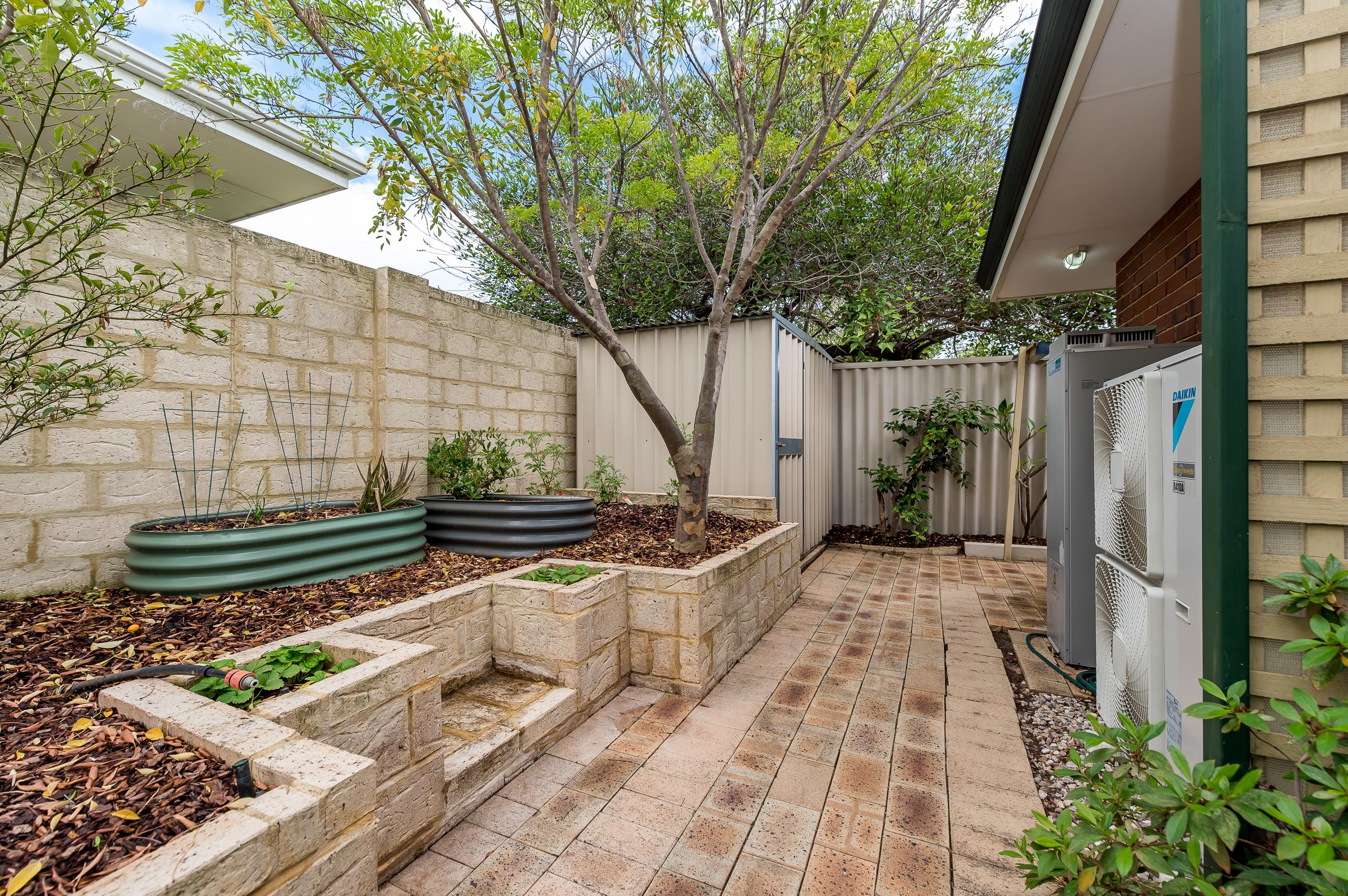 https://propertyphotos.vaultre.com.au/835/15713317__1605161780-26437-8AWrenStMtPleasant-29.jpg