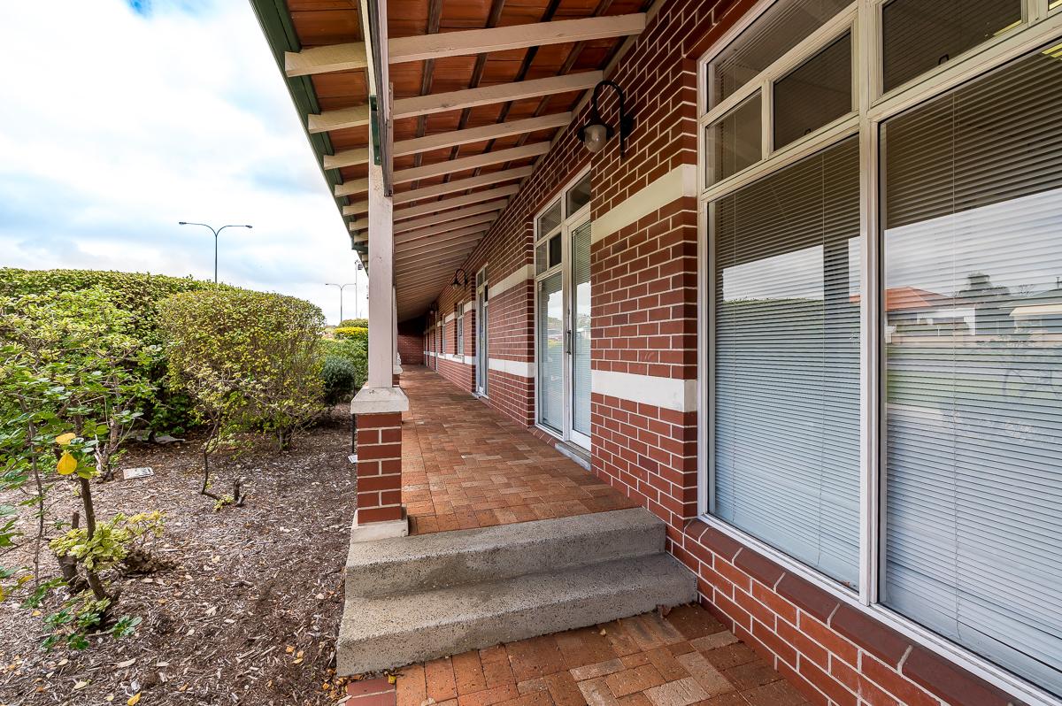 https://propertyphotos.vaultre.com.au/835/15808244__1605937255-19547-2A9A550CanningHighwayAttadale-1.jpg