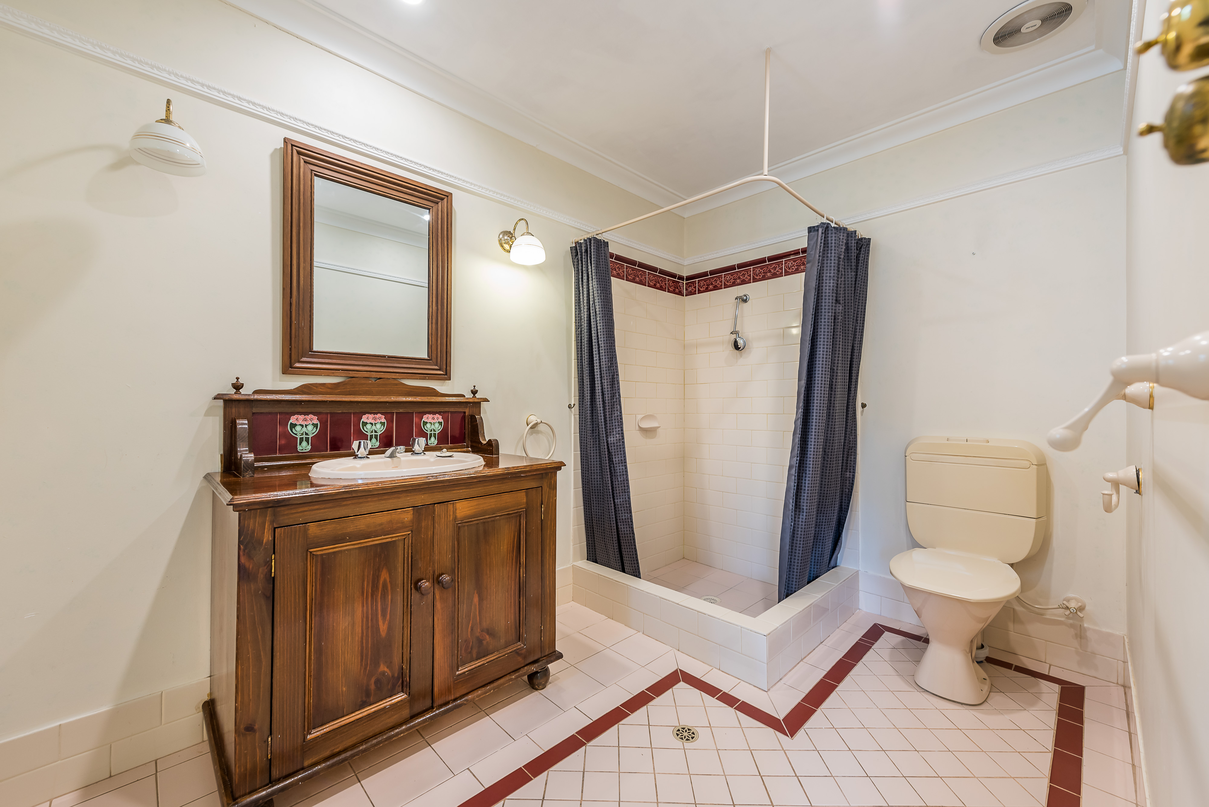 https://propertyphotos.vaultre.com.au/835/16599045__1608082557-30542-05-56CharoniaRoad.jpg