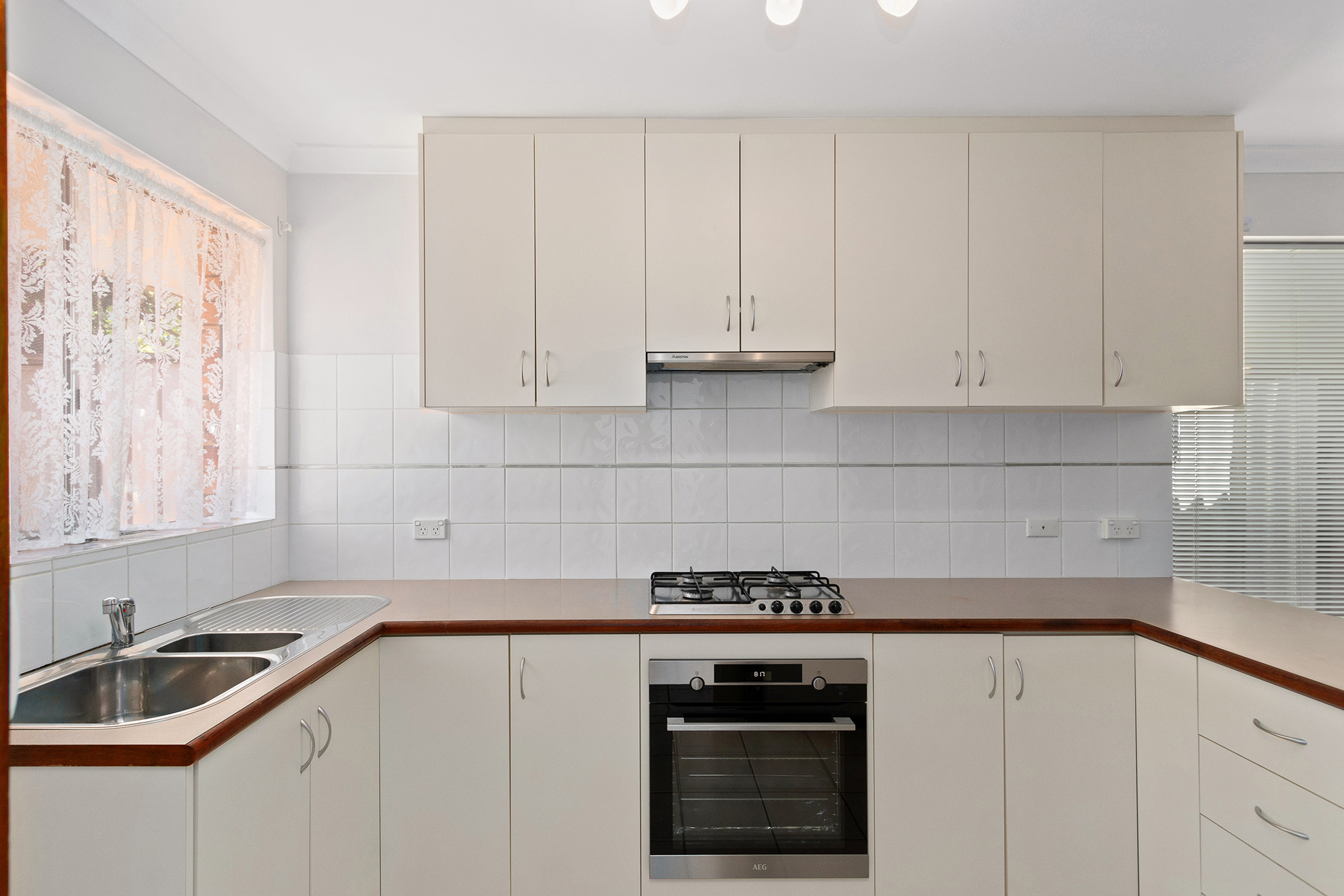 https://propertyphotos.vaultre.com.au/835/16760372__1609208647-29632-IMG0016.jpg