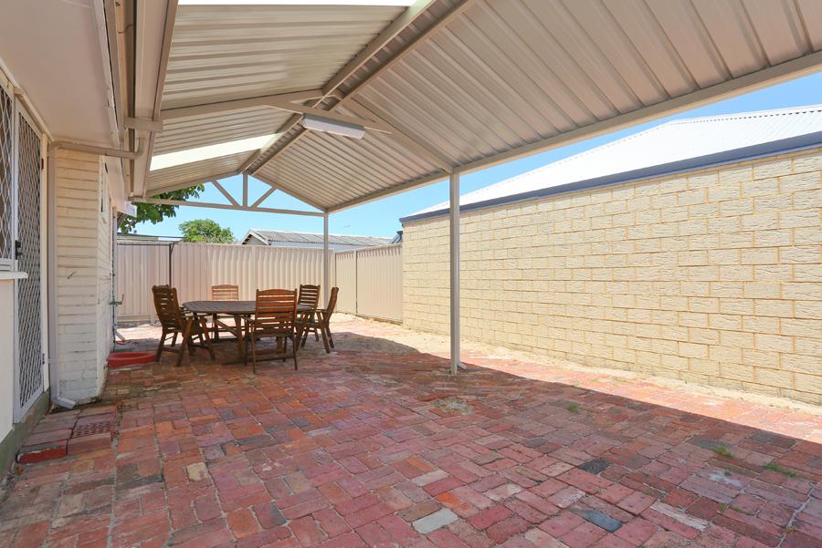 https://propertyphotos.vaultre.com.au/835/17811031__1611123796-3353-IMG0153.jpg
