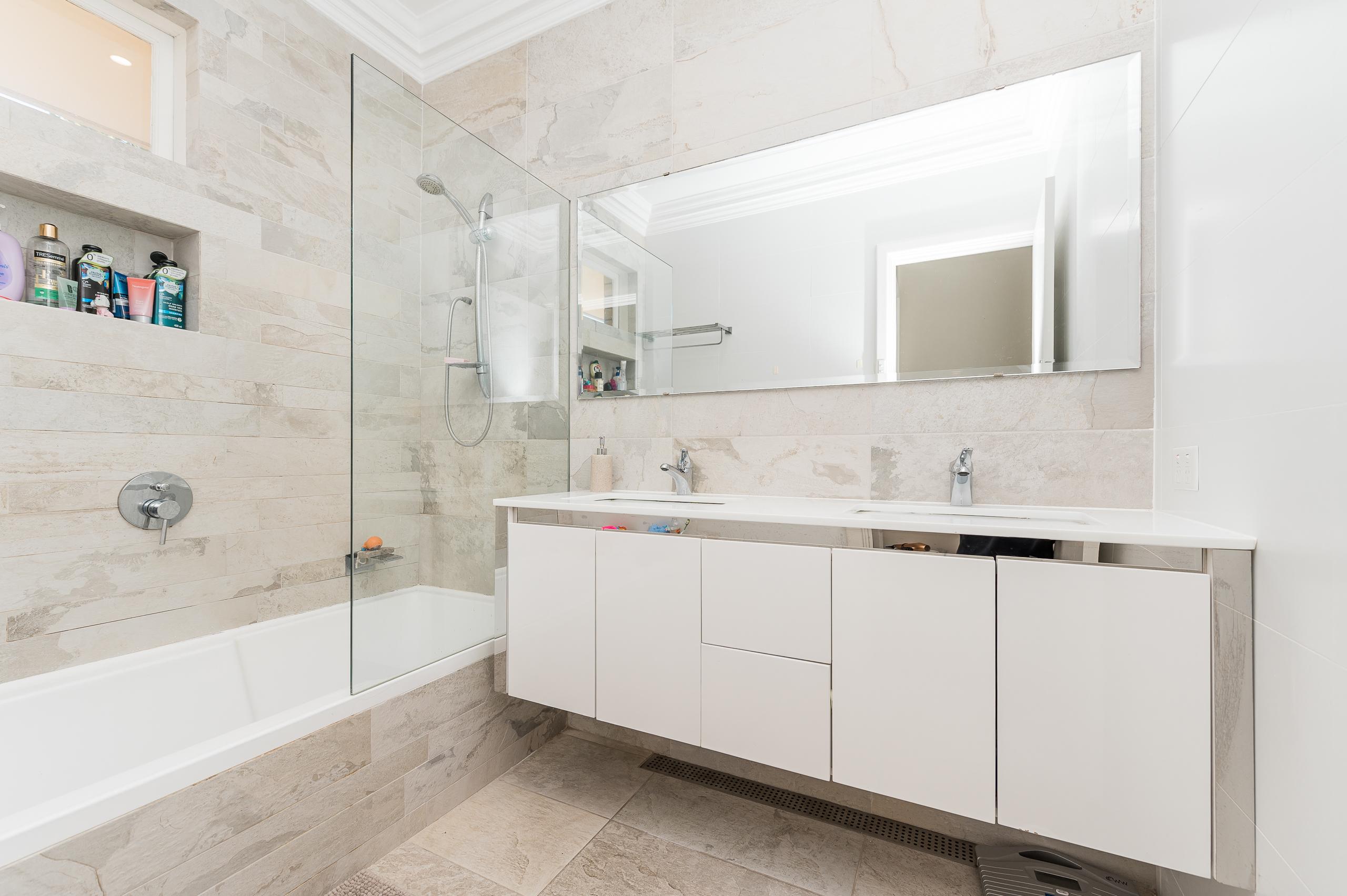https://propertyphotos.vaultre.com.au/835/17888596__1611567690-29974-113RiseleyStreetArdross-10.jpg