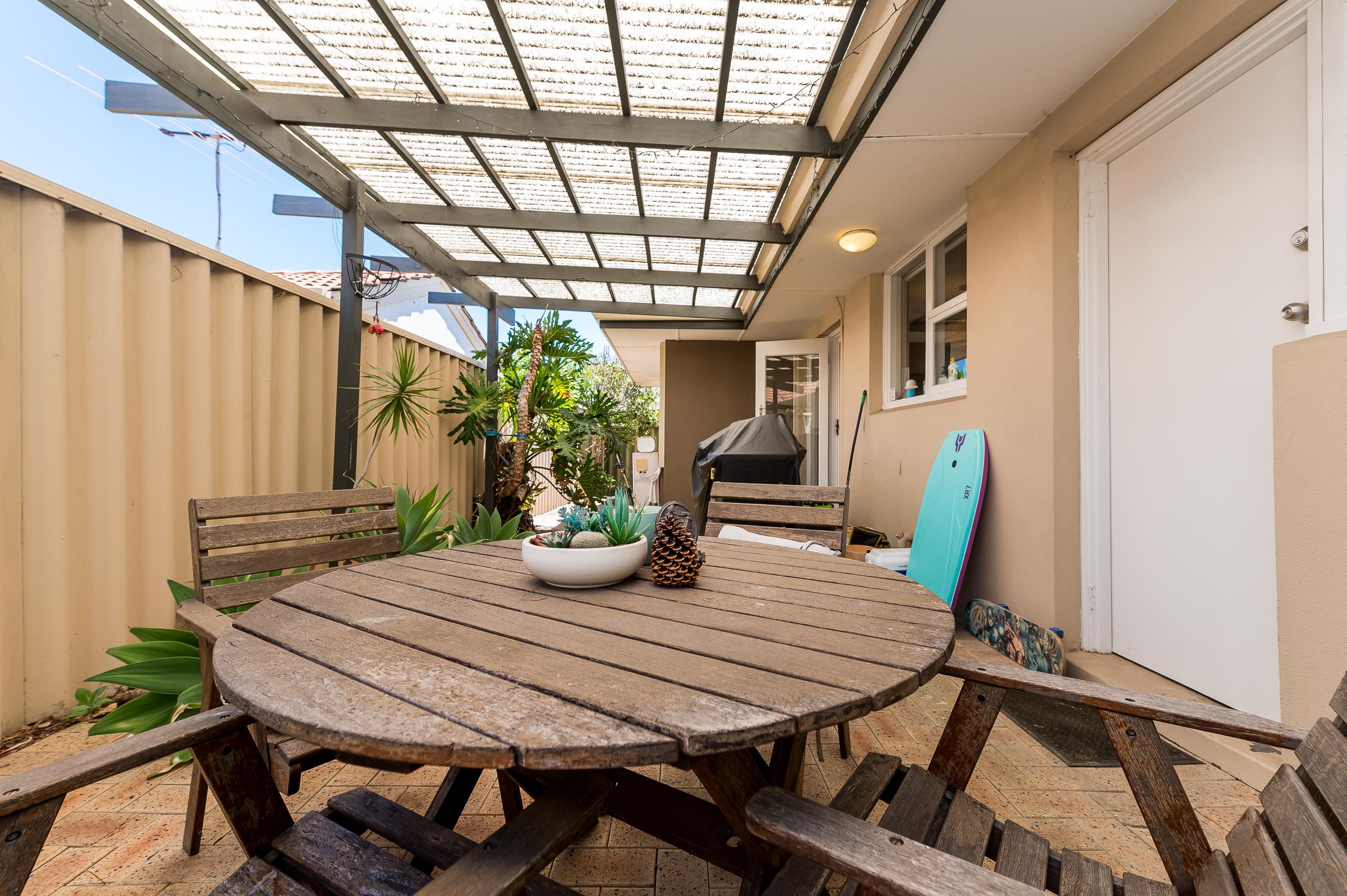 https://propertyphotos.vaultre.com.au/835/17888600__1611567797-30012-113RiseleyStreetArdross-14.jpg