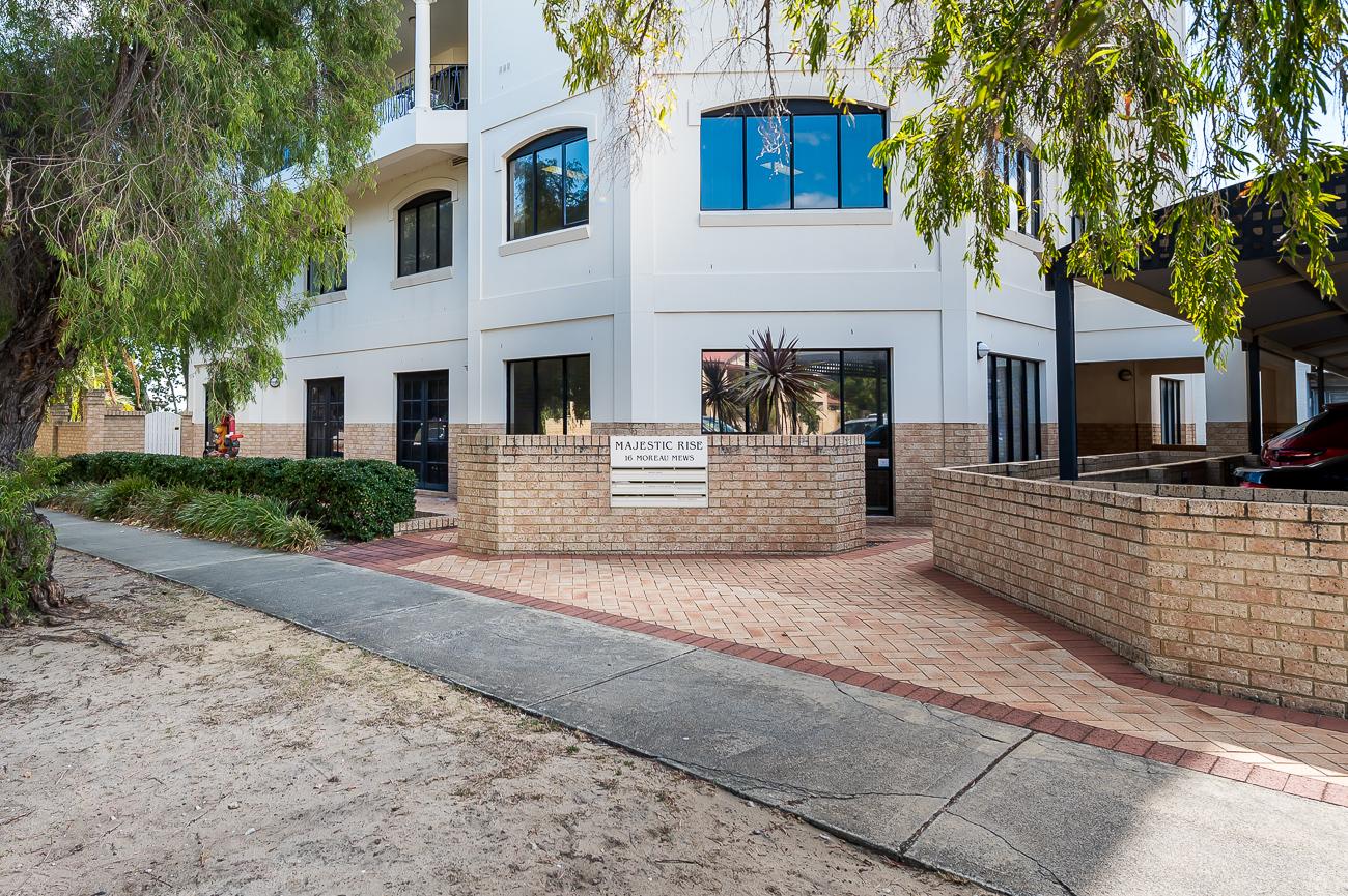 https://propertyphotos.vaultre.com.au/835/18169051__1611996925-2926-416MoreauMewsApplecross-2.jpg