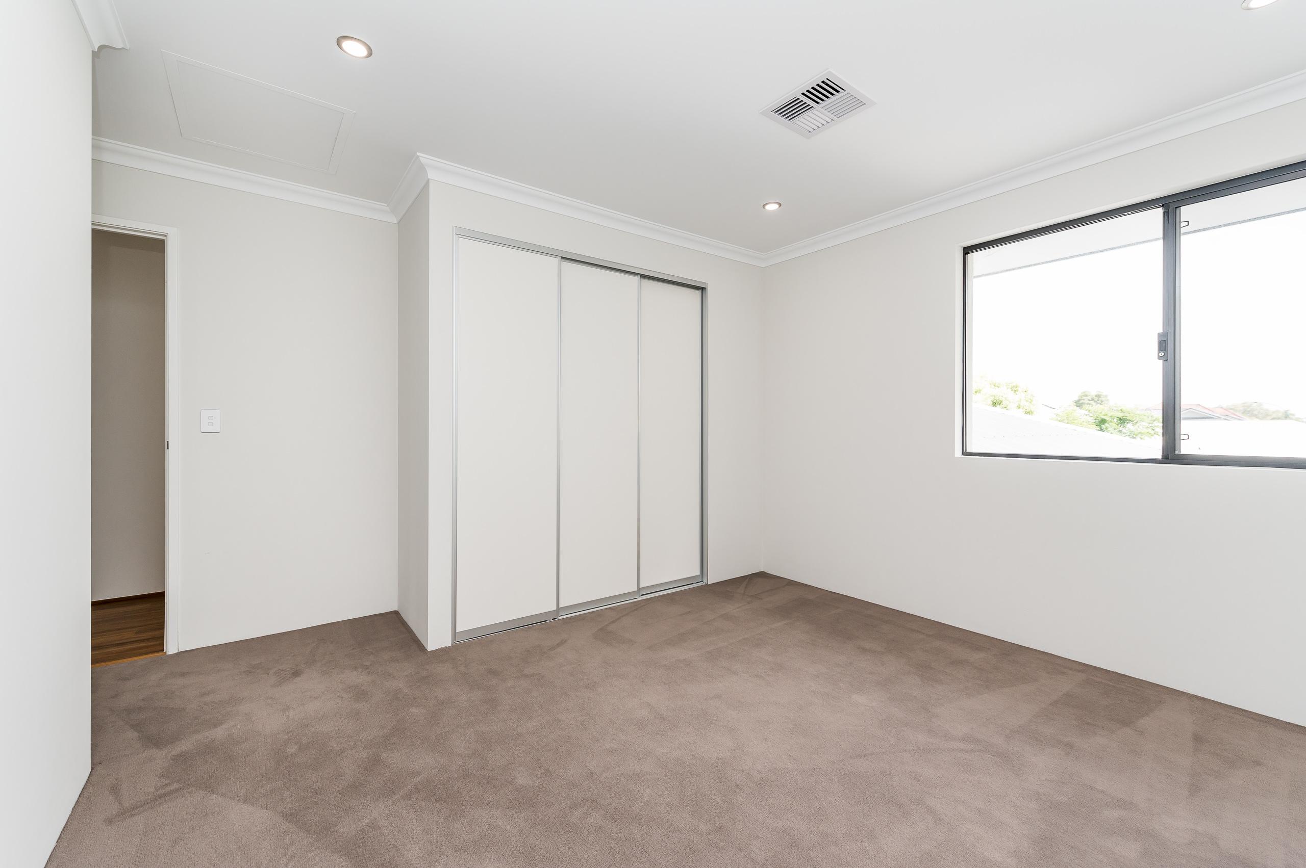 https://propertyphotos.vaultre.com.au/835/18944369__1613698377-5602-54bTuscanStRossmoyne-16.jpg