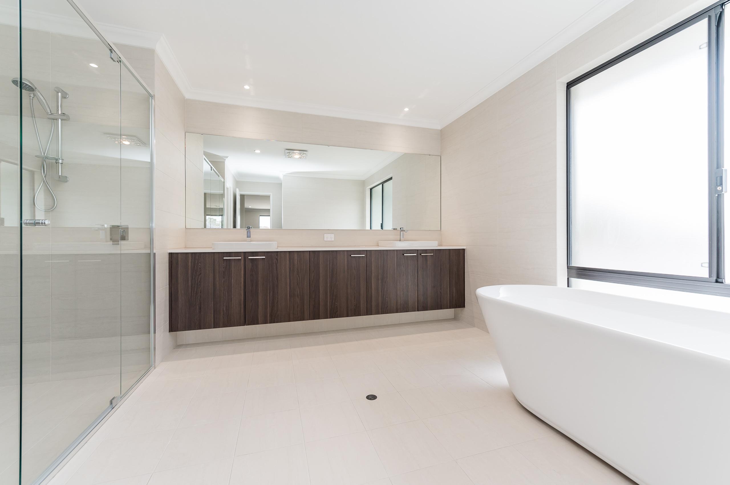 https://propertyphotos.vaultre.com.au/835/18944388__1613698390-5850-54bTuscanStRossmoyne-25.jpg