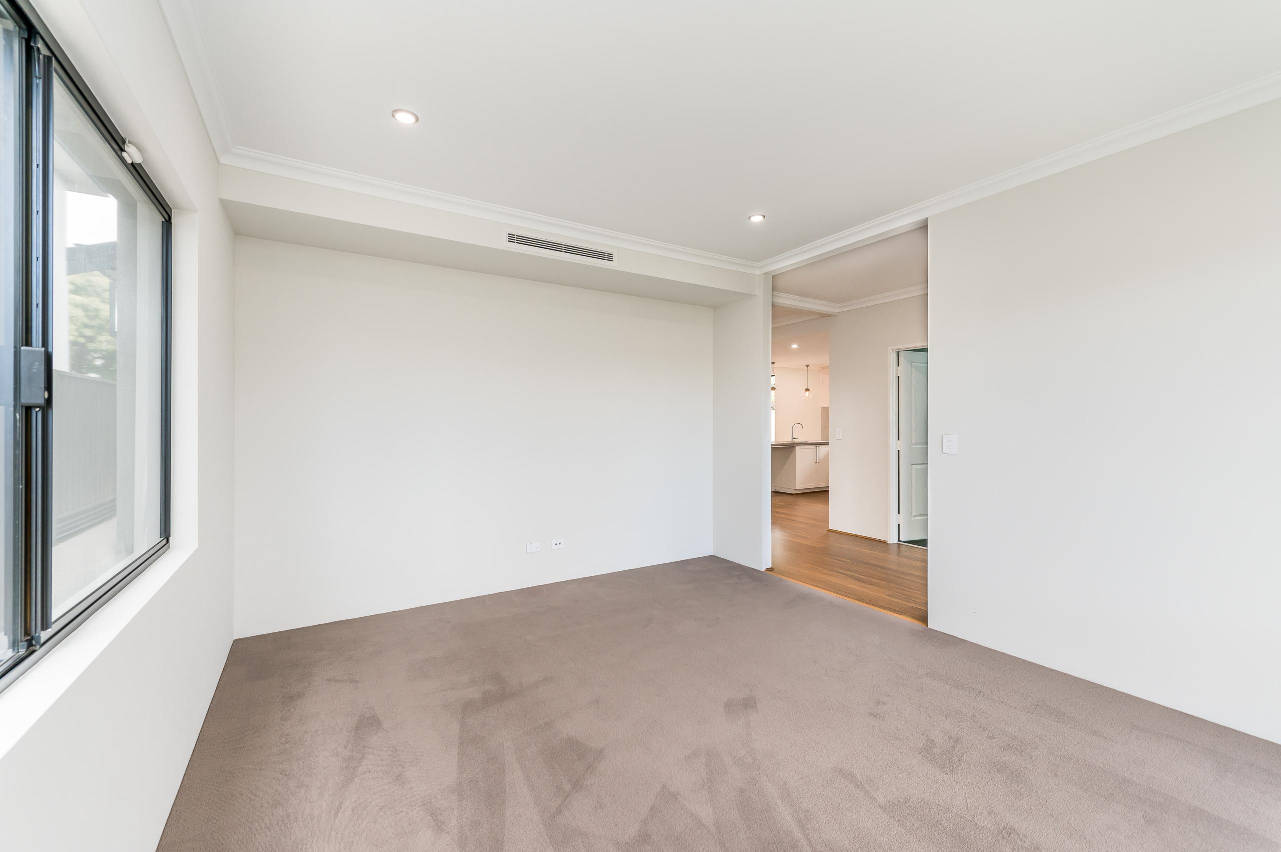 https://propertyphotos.vaultre.com.au/835/18944411__1613698410-6015-54bTuscanStRossmoyne-5.jpg