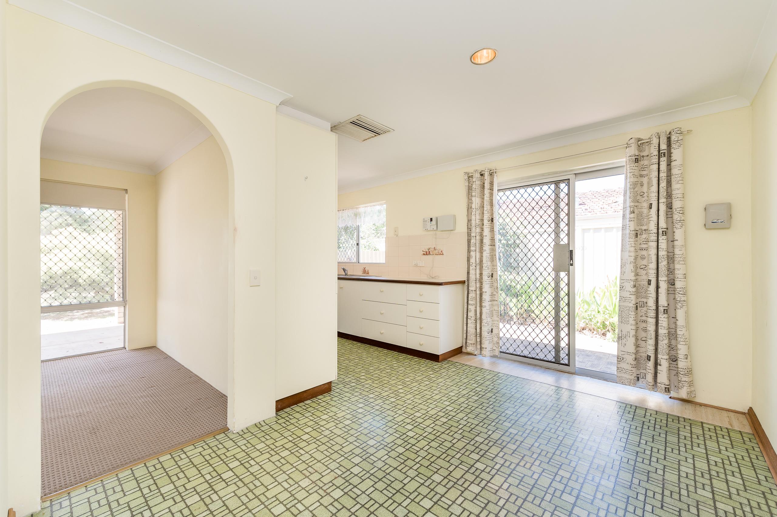 https://propertyphotos.vaultre.com.au/835/19364667__1614069647-9588-89AHopeAvenueSalterPoint-8.jpg