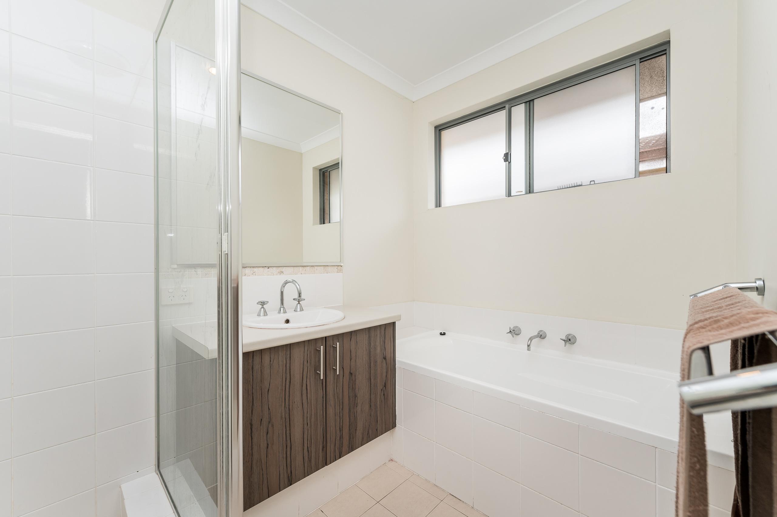 https://propertyphotos.vaultre.com.au/835/20189711__1615516747-21850-57AGalaxyWayCarlisle-14.jpg