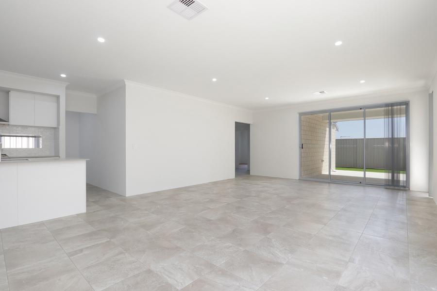 https://propertyphotos.vaultre.com.au/835/2059584__1571980030-7794-IMG0227.jpg