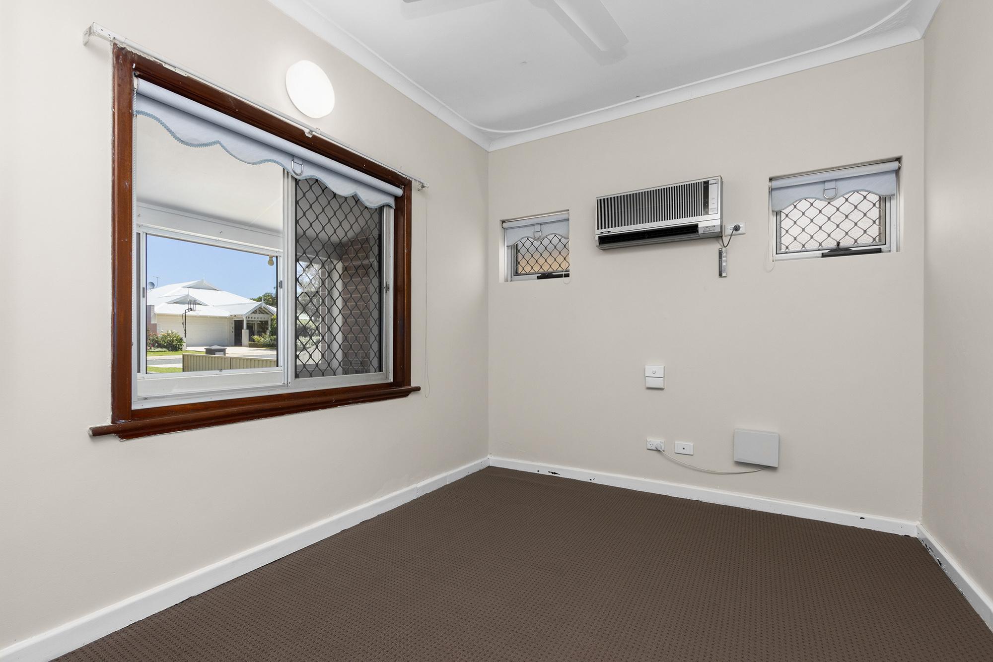 https://propertyphotos.vaultre.com.au/835/20690592__1616136596-30338-IMG0001.jpg