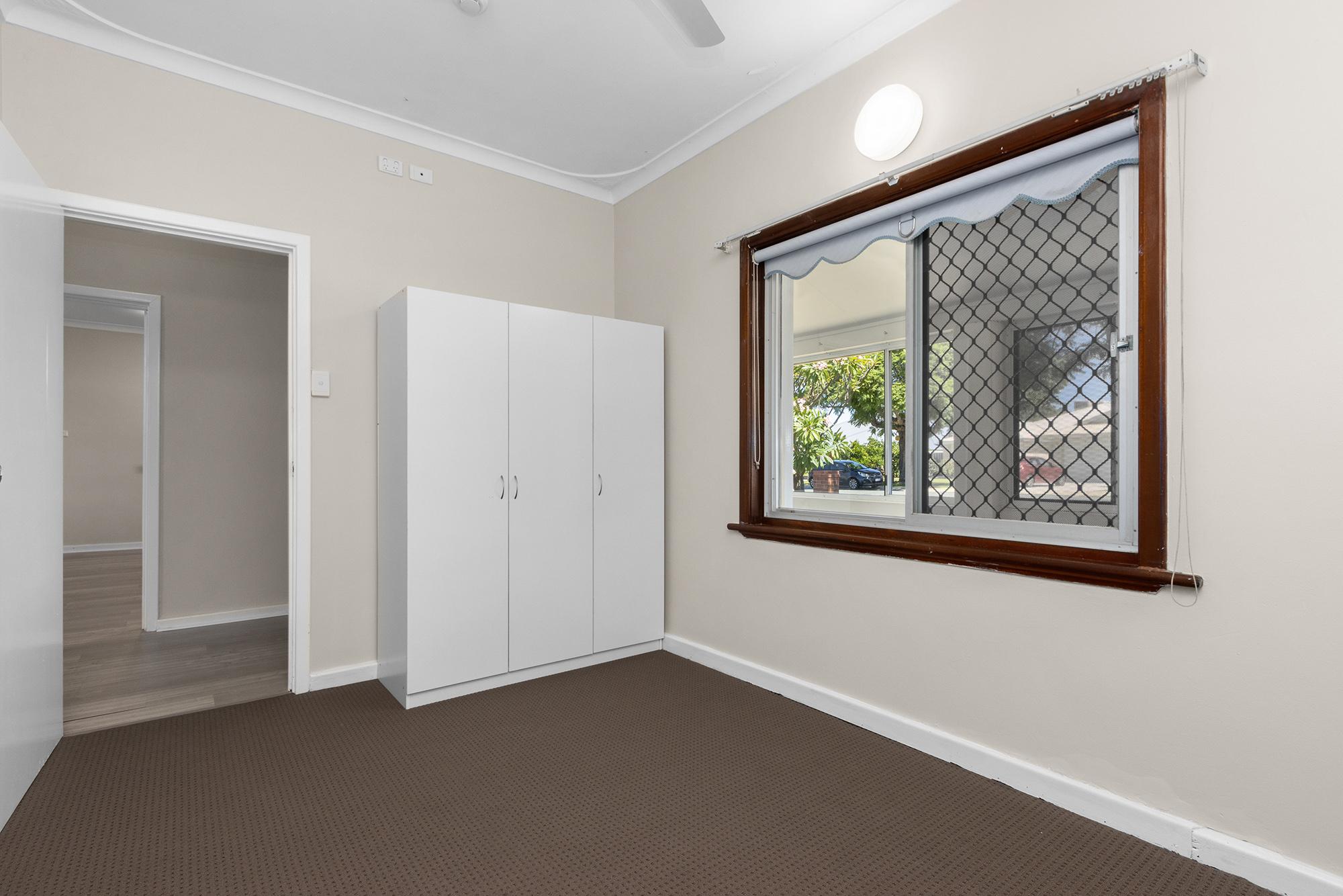 https://propertyphotos.vaultre.com.au/835/20690593__1616136598-18464-IMG0003.jpg