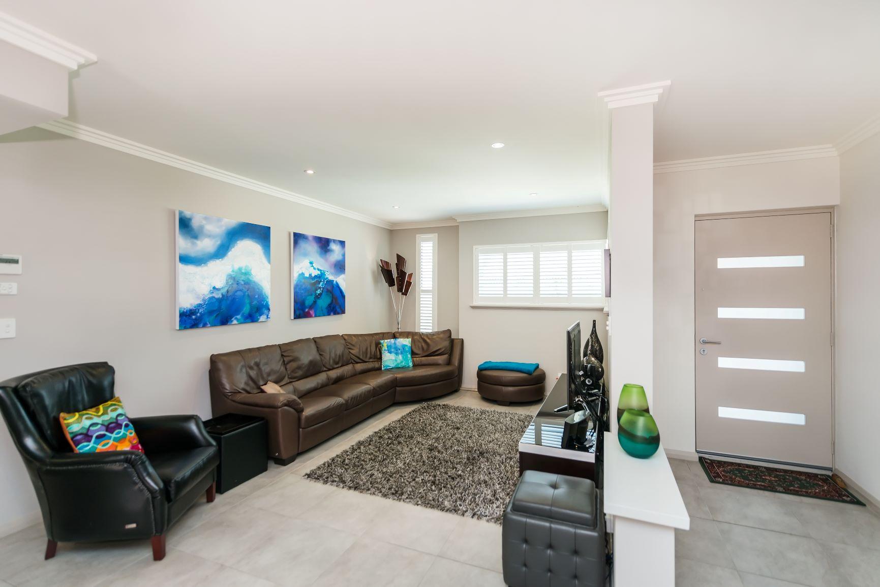 https://propertyphotos.vaultre.com.au/835/20691395__1616139759-25396-04.jpg