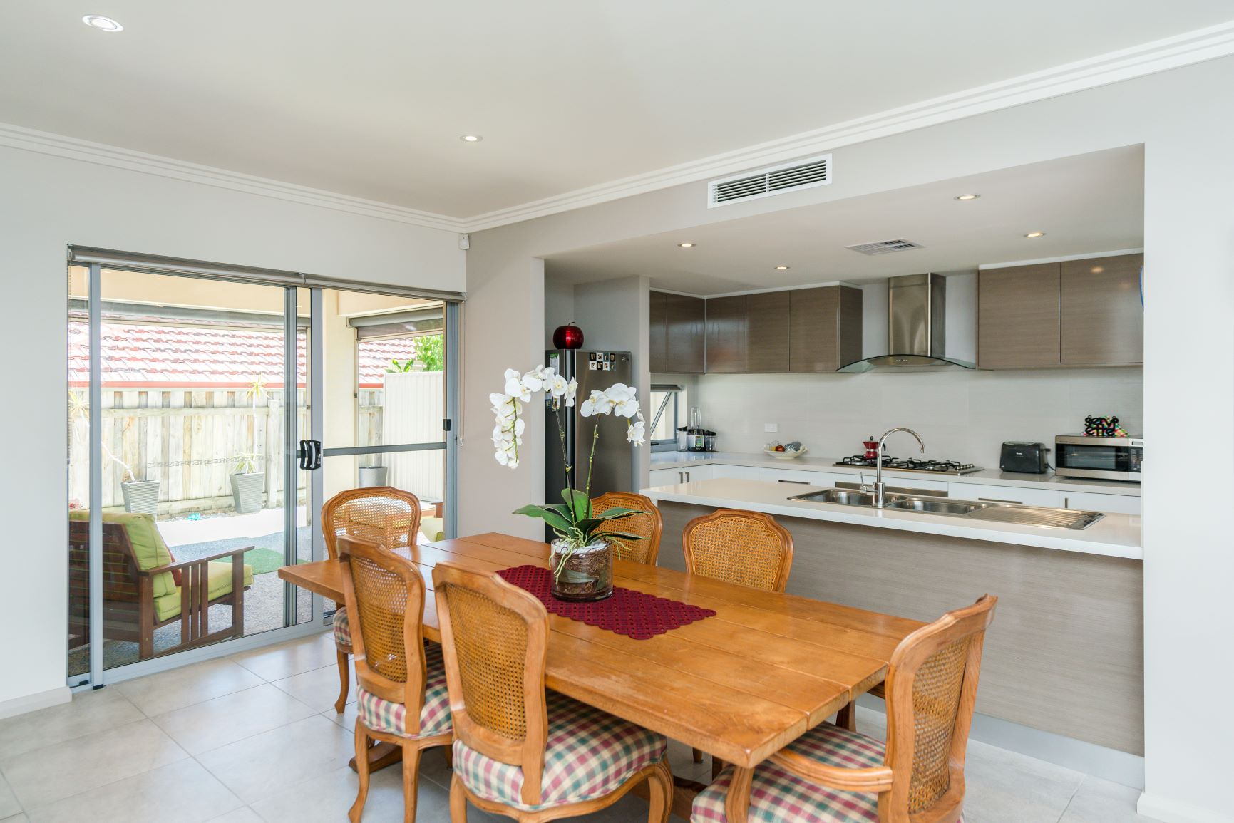 https://propertyphotos.vaultre.com.au/835/20691396__1616139760-27196-10.jpg