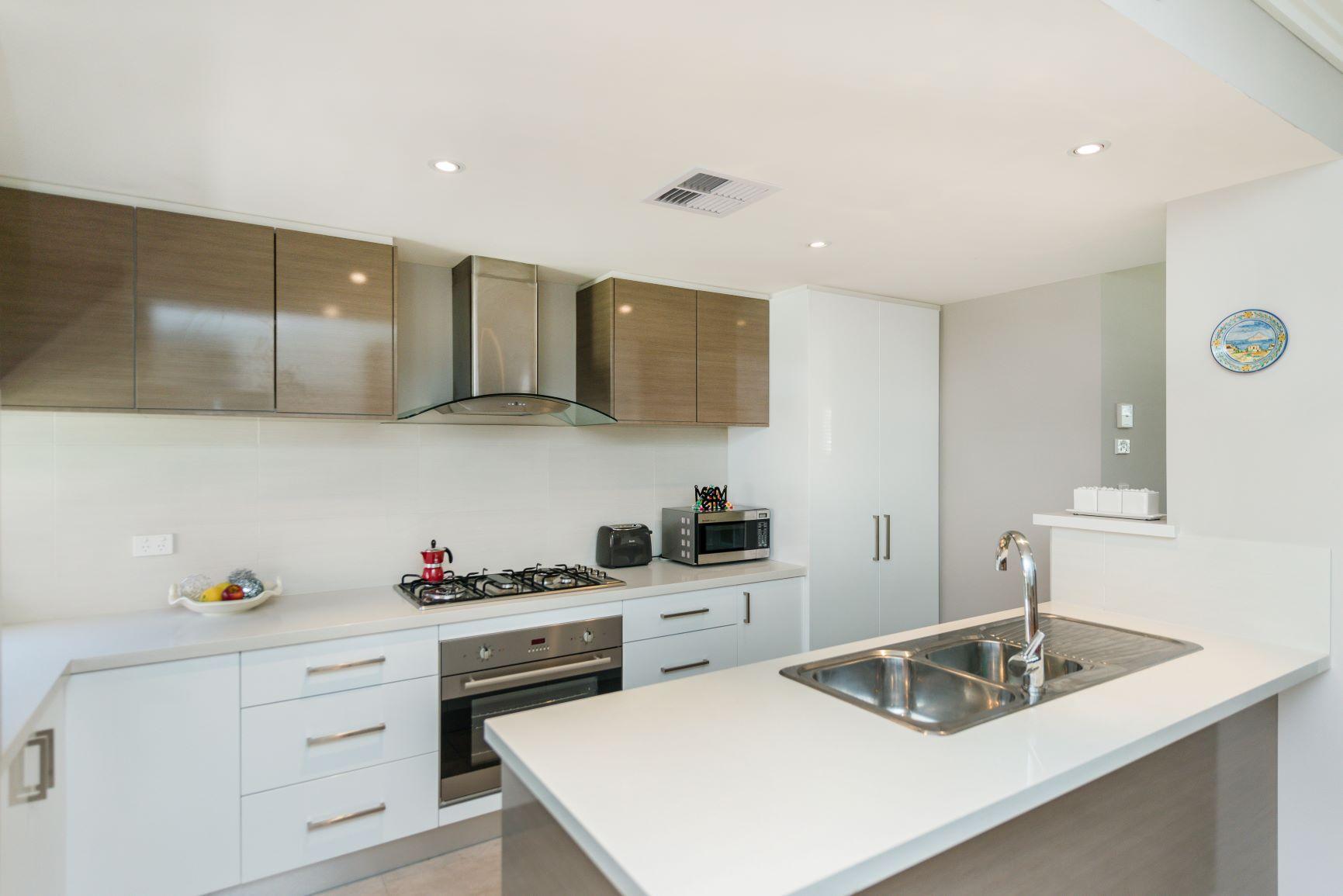 https://propertyphotos.vaultre.com.au/835/20691397__1616139761-27681-12.jpg