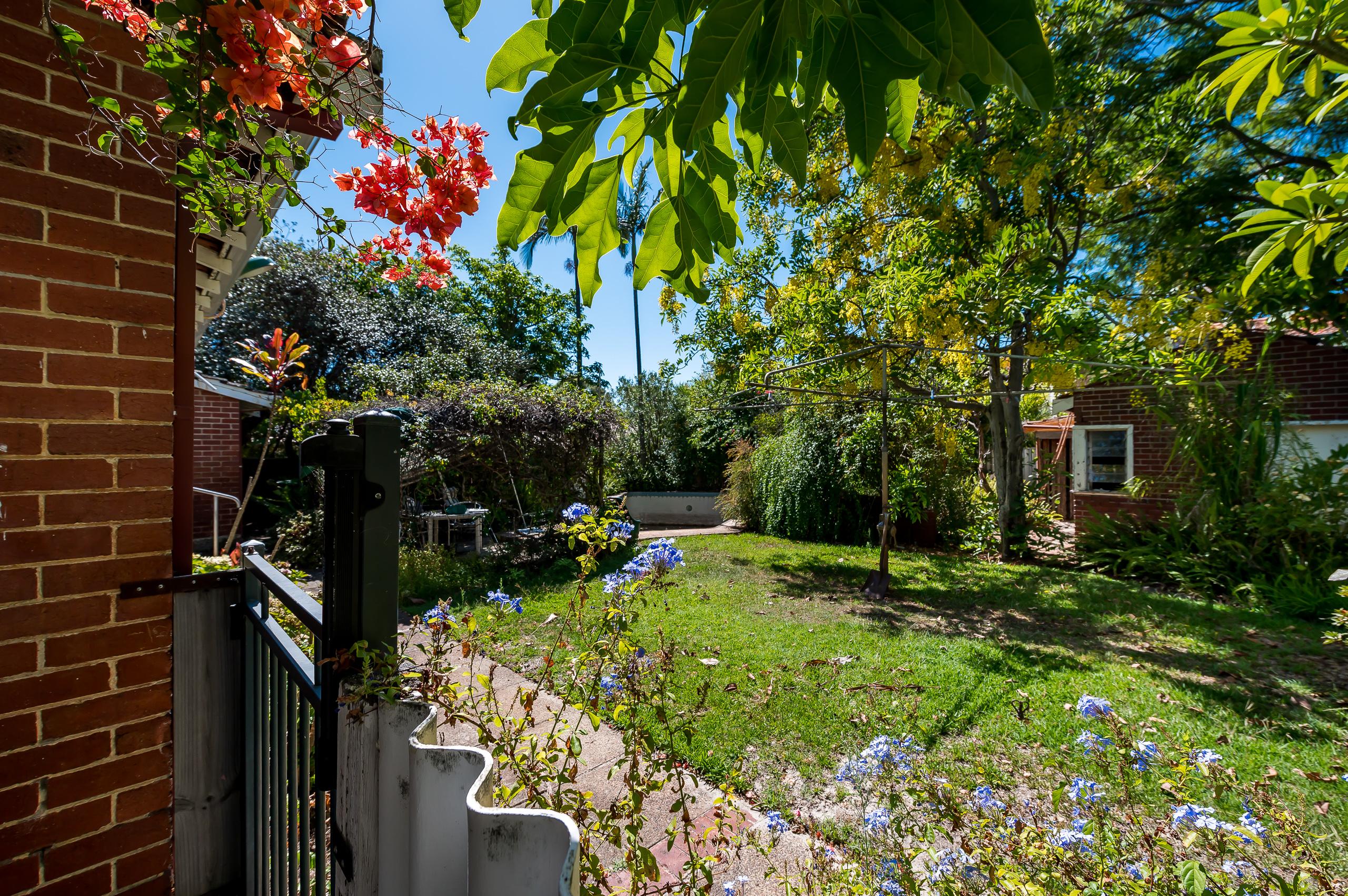 https://propertyphotos.vaultre.com.au/835/21799856__1617068201-7868-80LockhartStreetComoExt-3.jpg