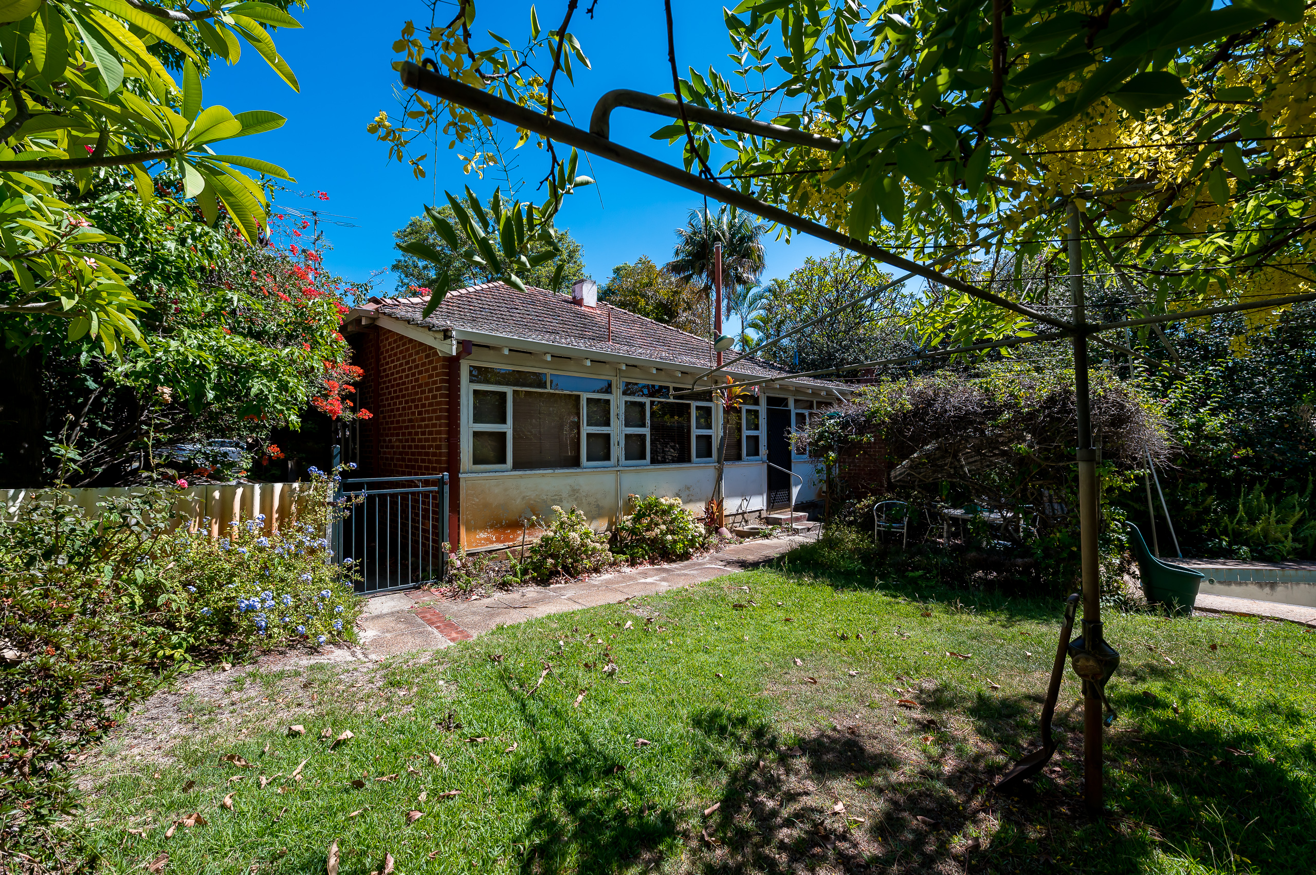 https://propertyphotos.vaultre.com.au/835/21799911__1617068309-7885-80LockhartStreetComoExt-4.jpg