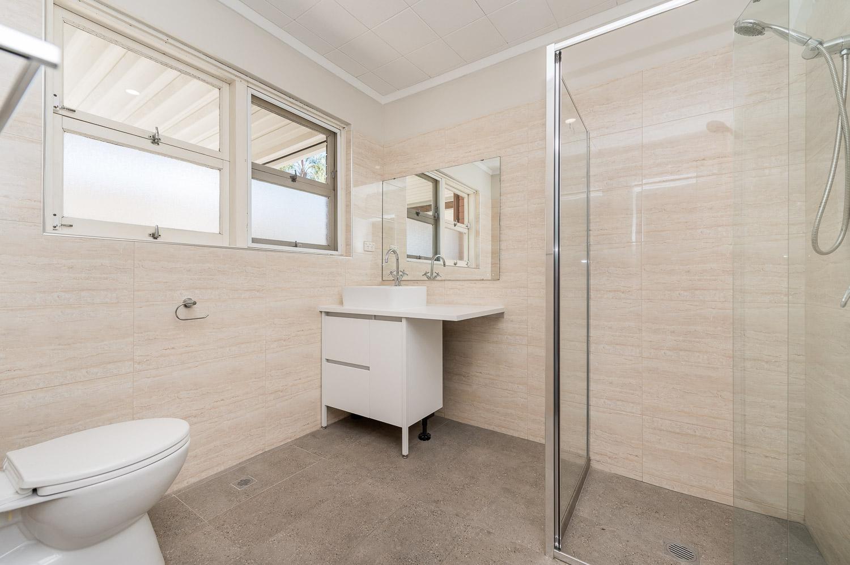 https://propertyphotos.vaultre.com.au/835/24274191__1618562580-25652-Address-13.jpg