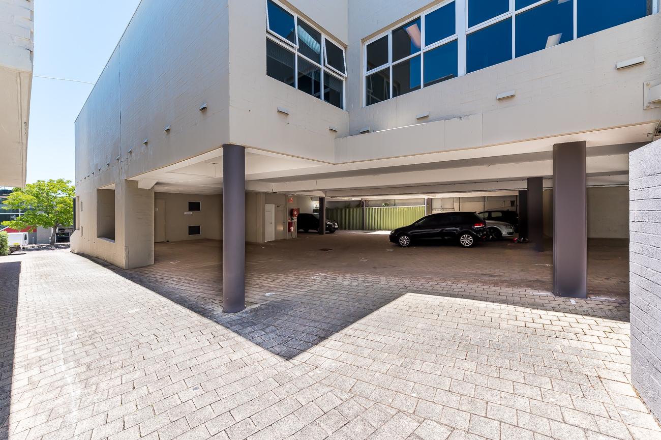 https://propertyphotos.vaultre.com.au/835/29387263__1621569720-14190-Address-64.jpg