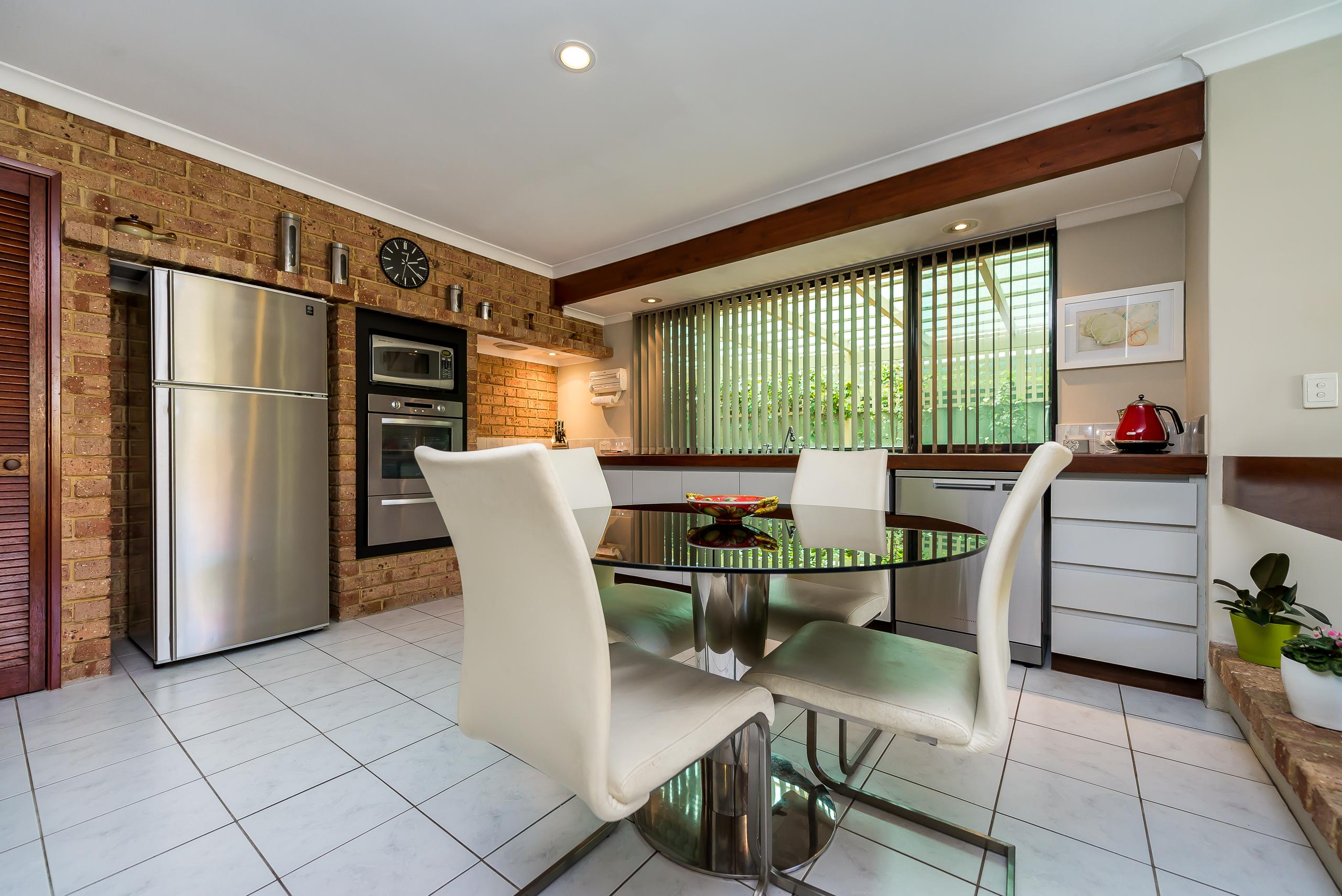 https://propertyphotos.vaultre.com.au/835/2984967__1573183070-18859-12StuartCourtBateman-7.jpg