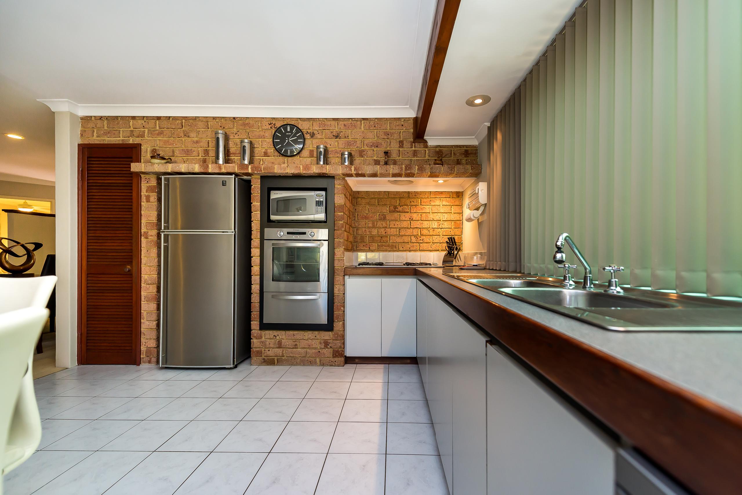 https://propertyphotos.vaultre.com.au/835/2984968__1573183096-18873-12StuartCourtBateman-8.jpg
