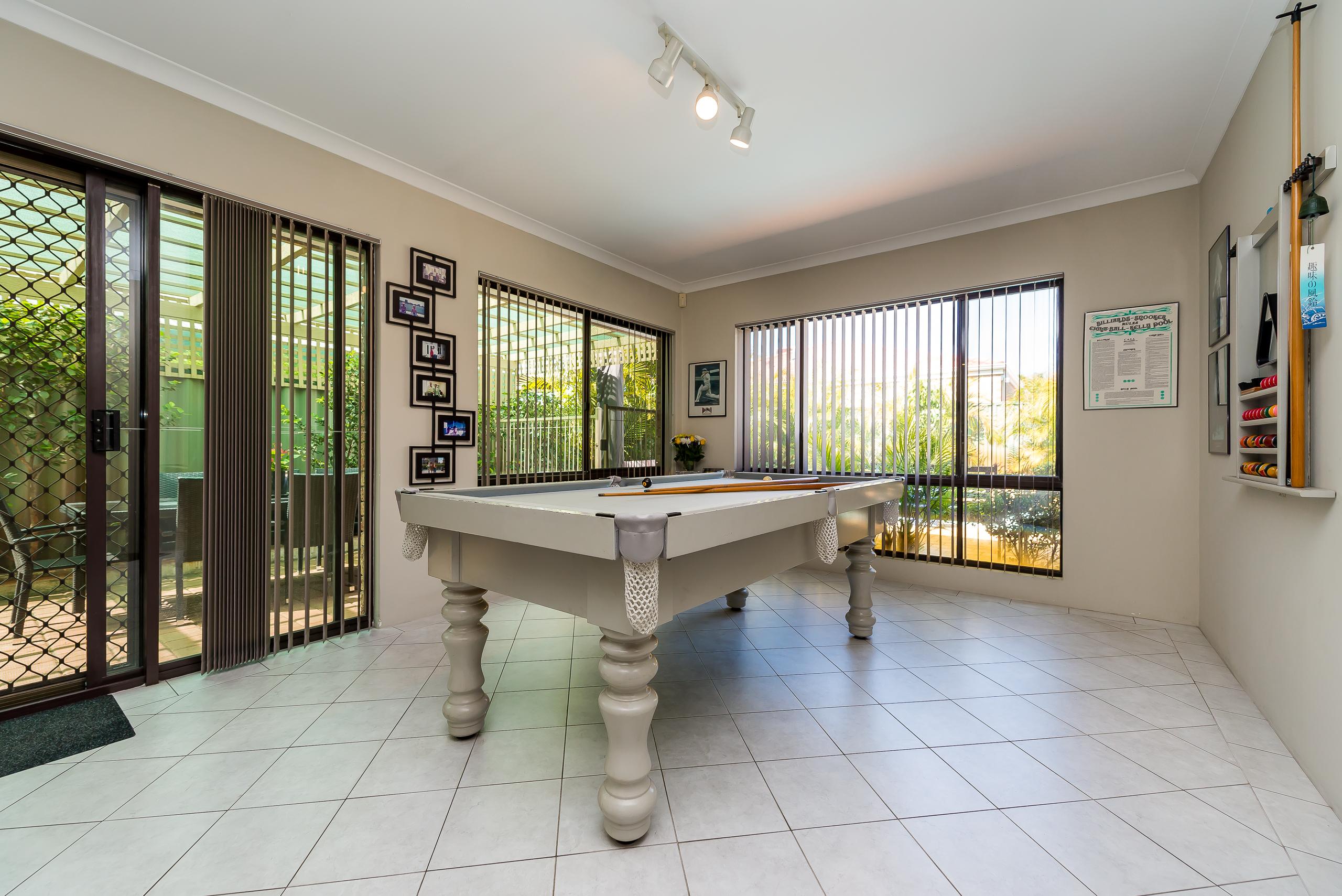 https://propertyphotos.vaultre.com.au/835/2984970__1573183142-18894-12StuartCourtBateman-10.jpg