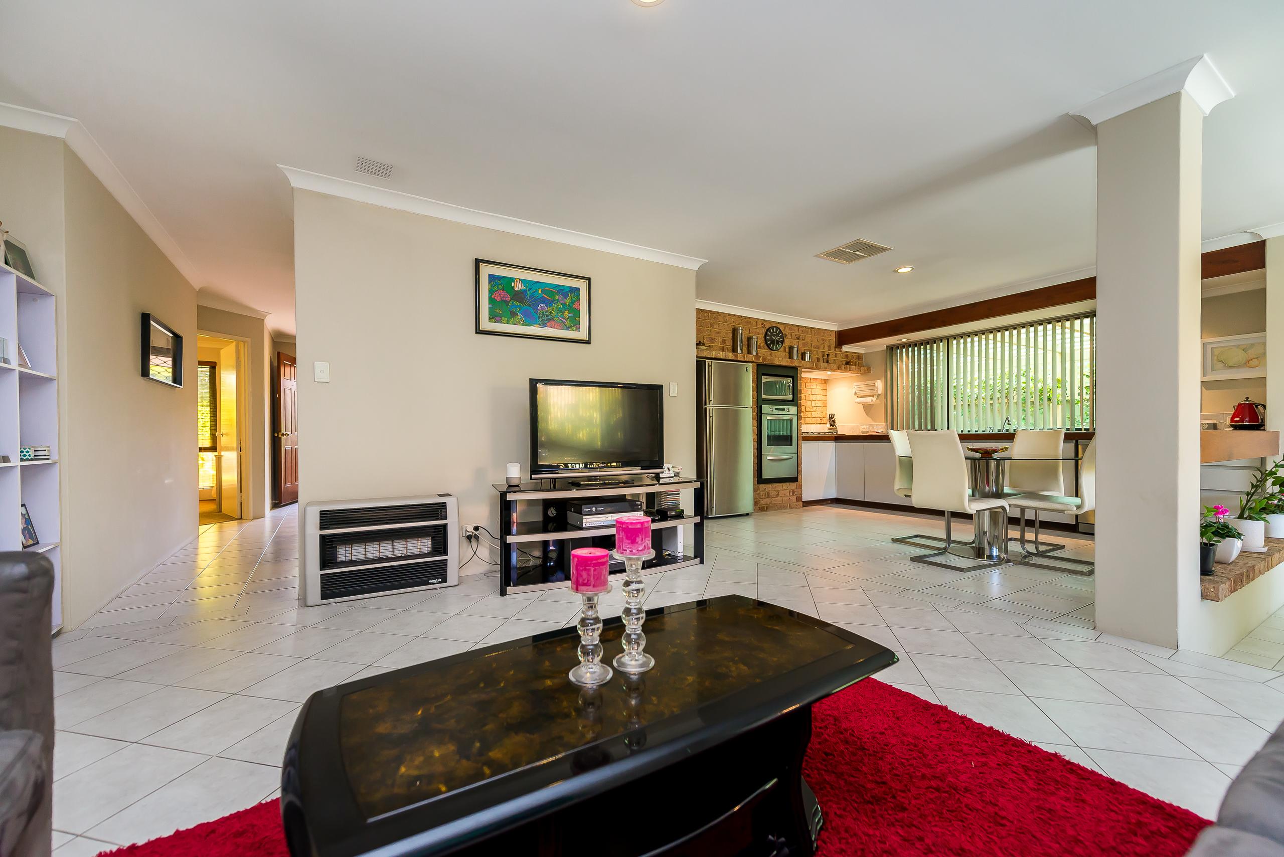 https://propertyphotos.vaultre.com.au/835/2984975__1573183188-18918-12StuartCourtBateman-12.jpg