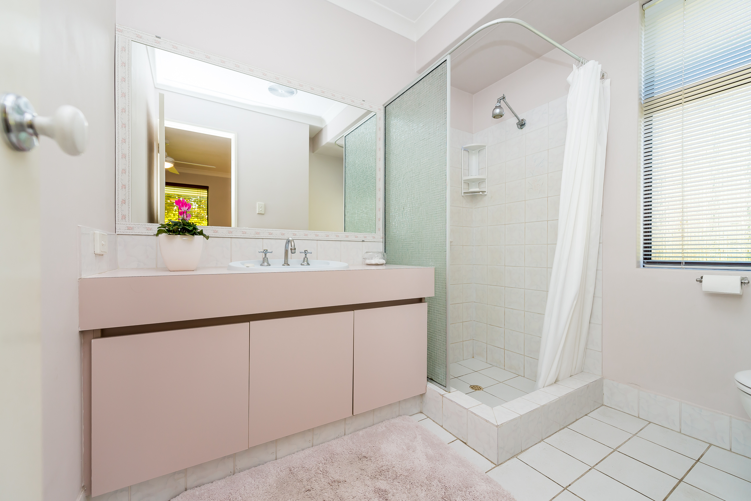 https://propertyphotos.vaultre.com.au/835/2984988__1573183225-18975-12StuartCourtBateman-14.jpg