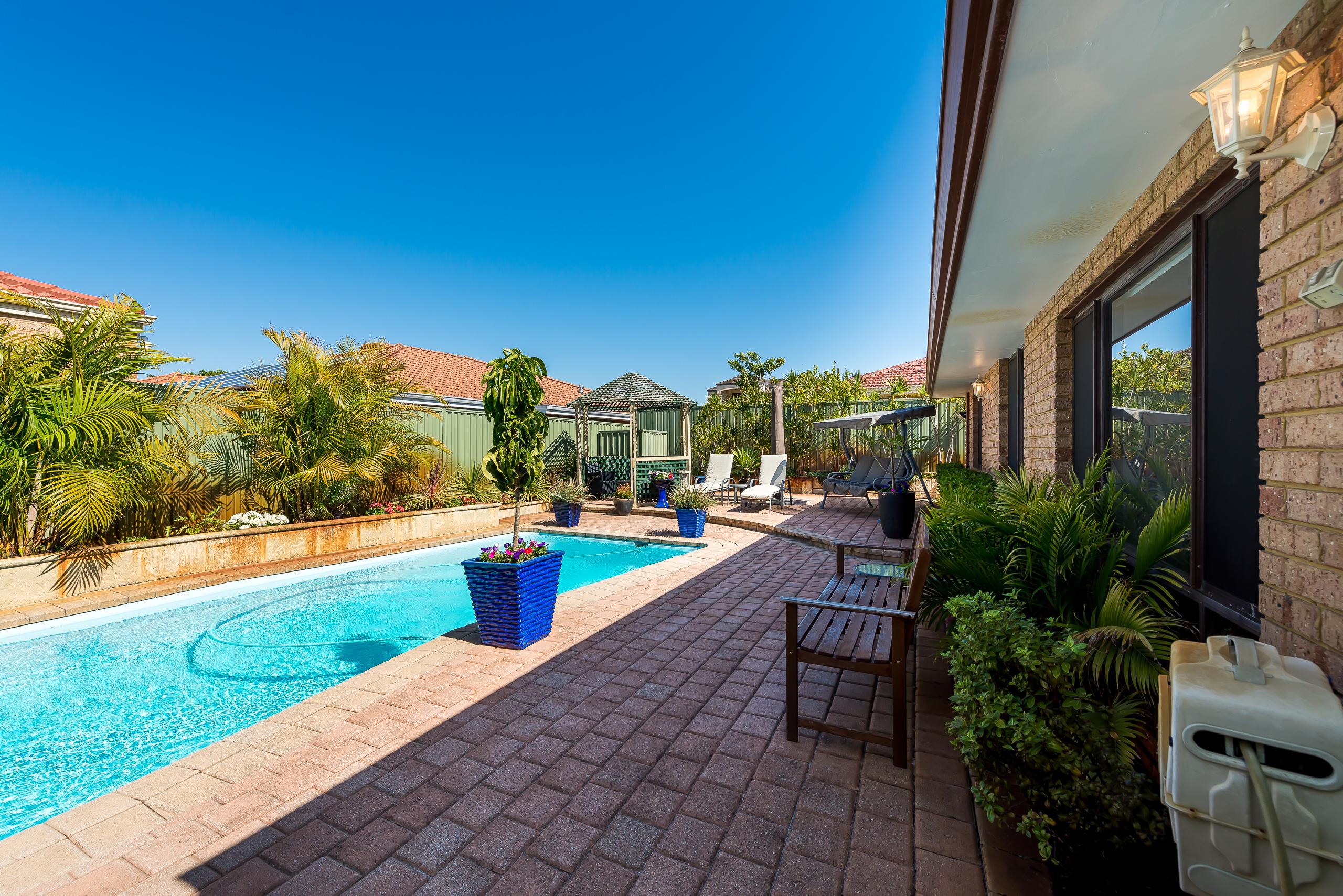 https://propertyphotos.vaultre.com.au/835/2985010__1573183469-19166-12StuartCourtBateman-23.jpg