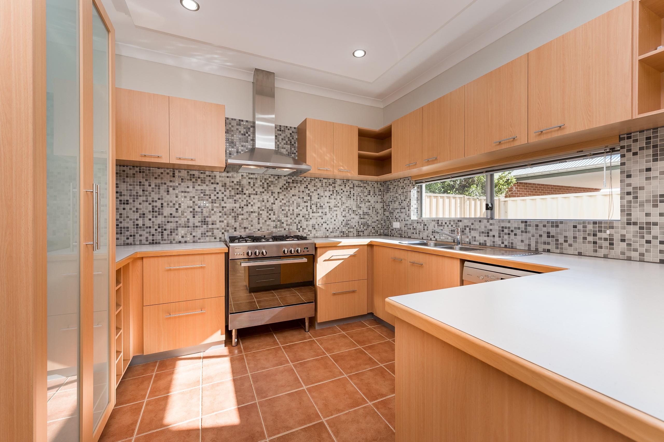 https://propertyphotos.vaultre.com.au/835/32633851__1623979988-28915-144BSurreyRdRivervale-6.jpg