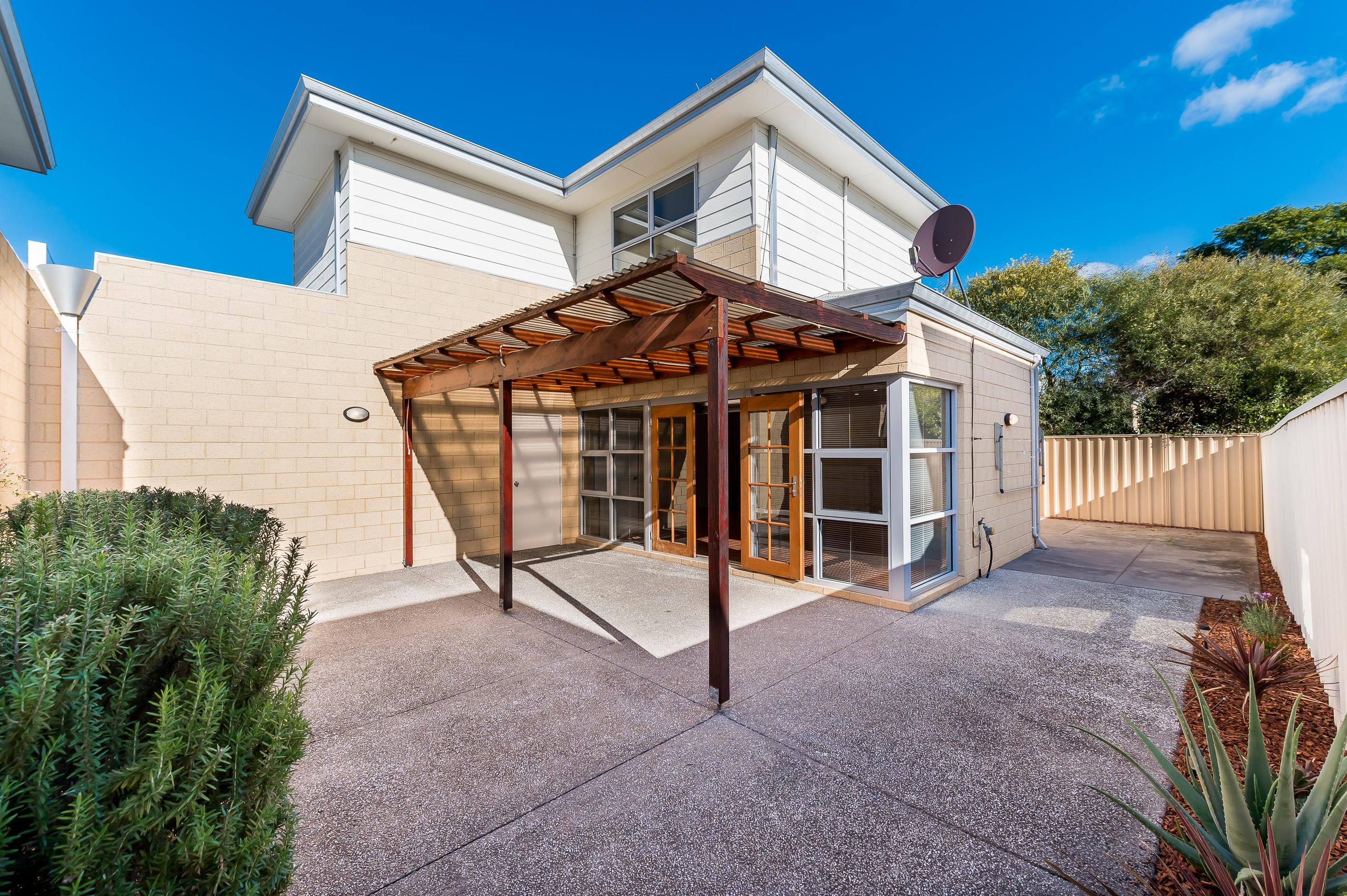 https://propertyphotos.vaultre.com.au/835/32633931__1623980161-29041-144BSurreyRdRivervale-18.jpg