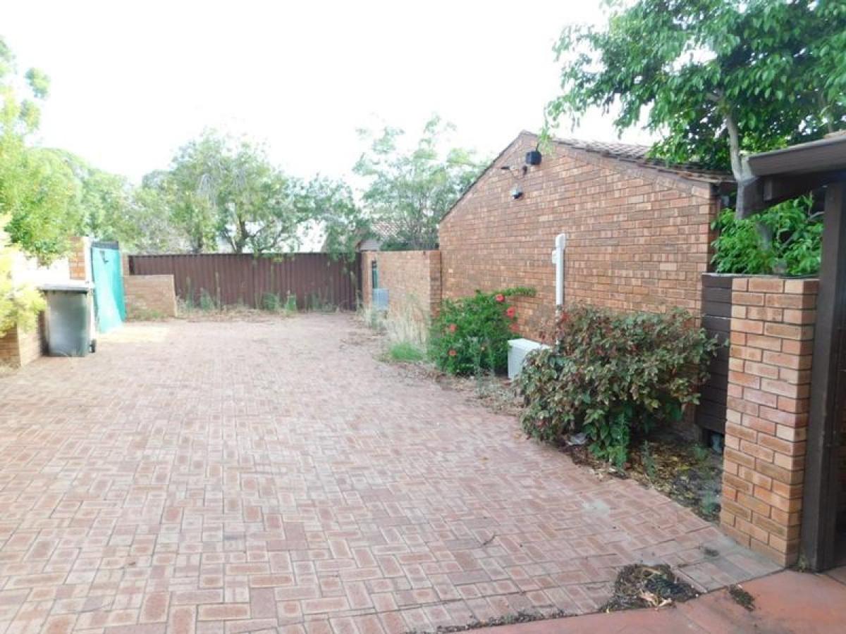 https://propertyphotos.vaultre.com.au/835/34045930__1625462977-26652-12.jpg