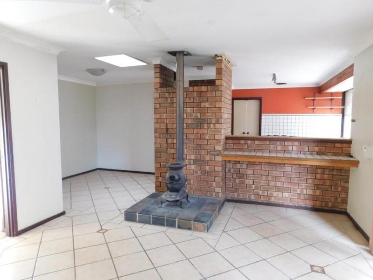 https://propertyphotos.vaultre.com.au/835/34045948__1625462988-15242-3.jpg