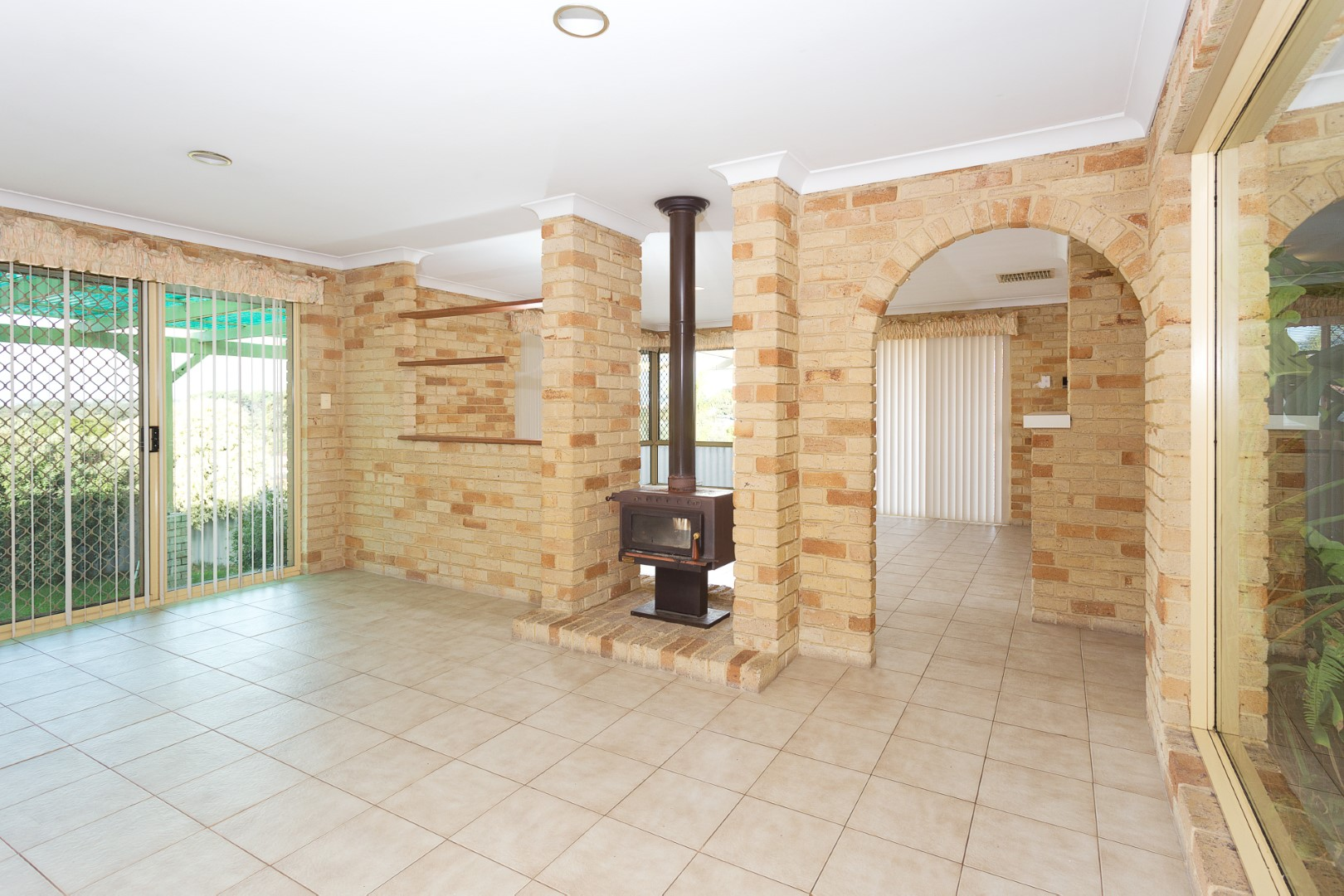 https://propertyphotos.vaultre.com.au/835/3535708__1574741841-17729-HIGH10MarRoadKardinya7of17.jpg